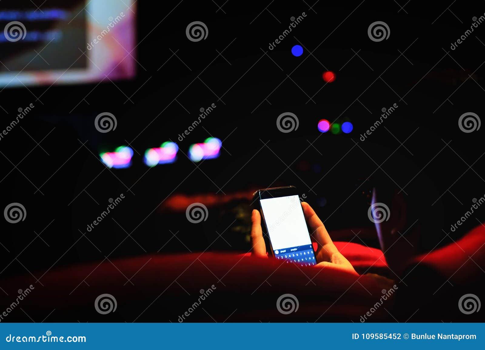 Obsługuje use telefon komórkowego i zamazanego wizerunek z światła w teatrze,