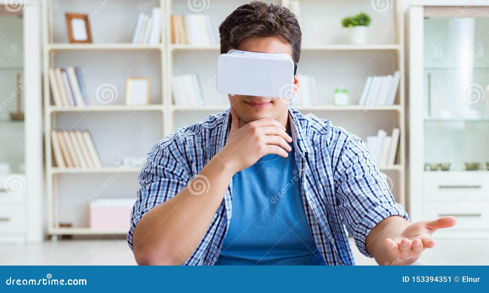 Obs?uguje by? ubranym rzeczywisto?ci wirtualnej VR szk?a medytuje na pod?oga przy ho