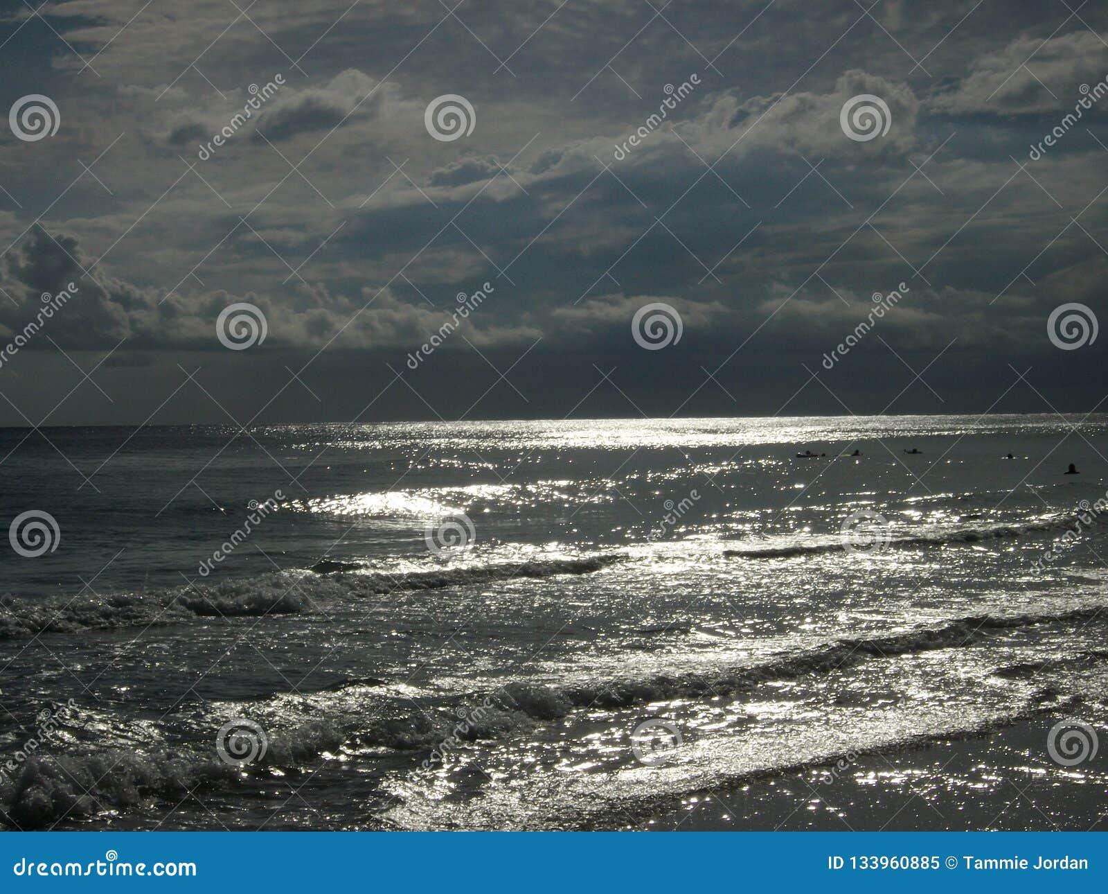 Obscurité à travers les eaux argentées