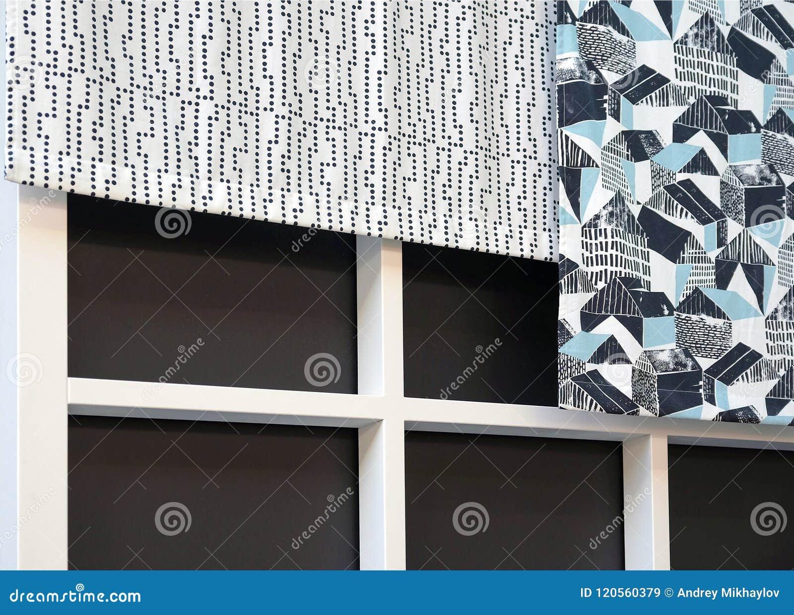 Obscurité et couleurs claires de rideaux en tissu