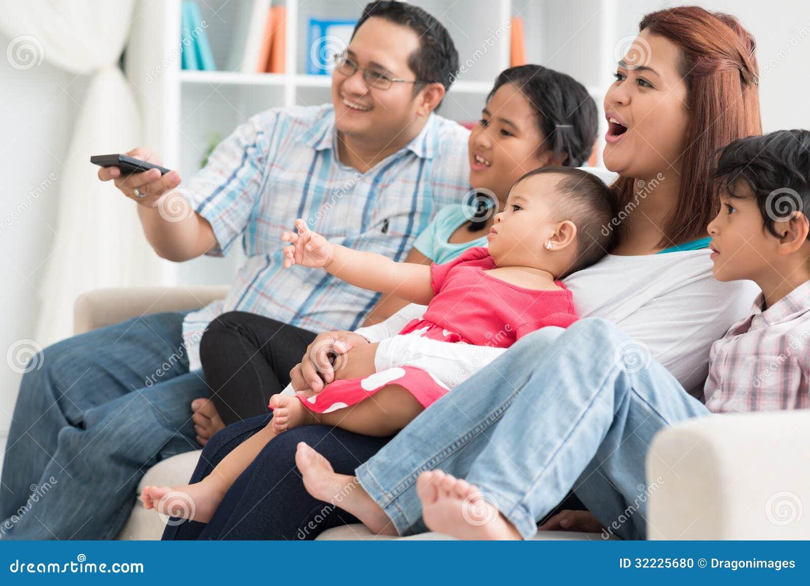Download Observação Da Tevê Da Família Foto de Stock - Imagem de feliz, asian: 32225680