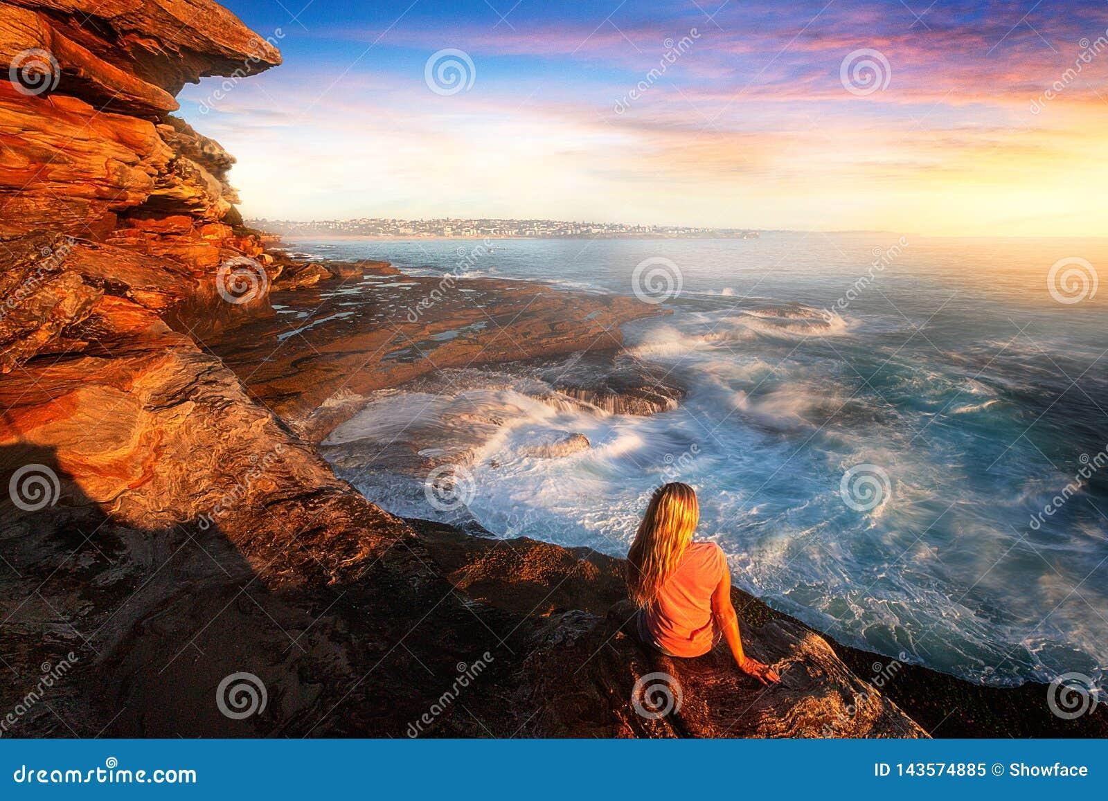 Observation de la cascade d océan autour des roches côtières