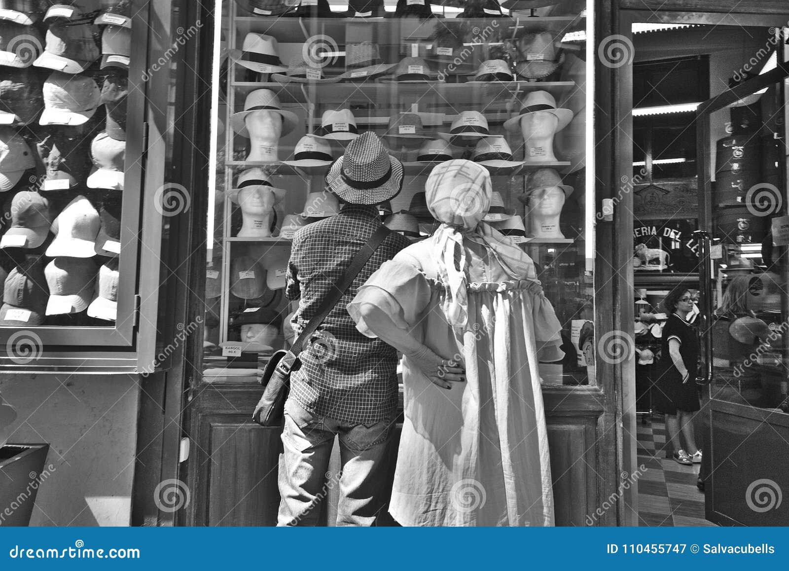 Observera ställa ut av hatten shoppa