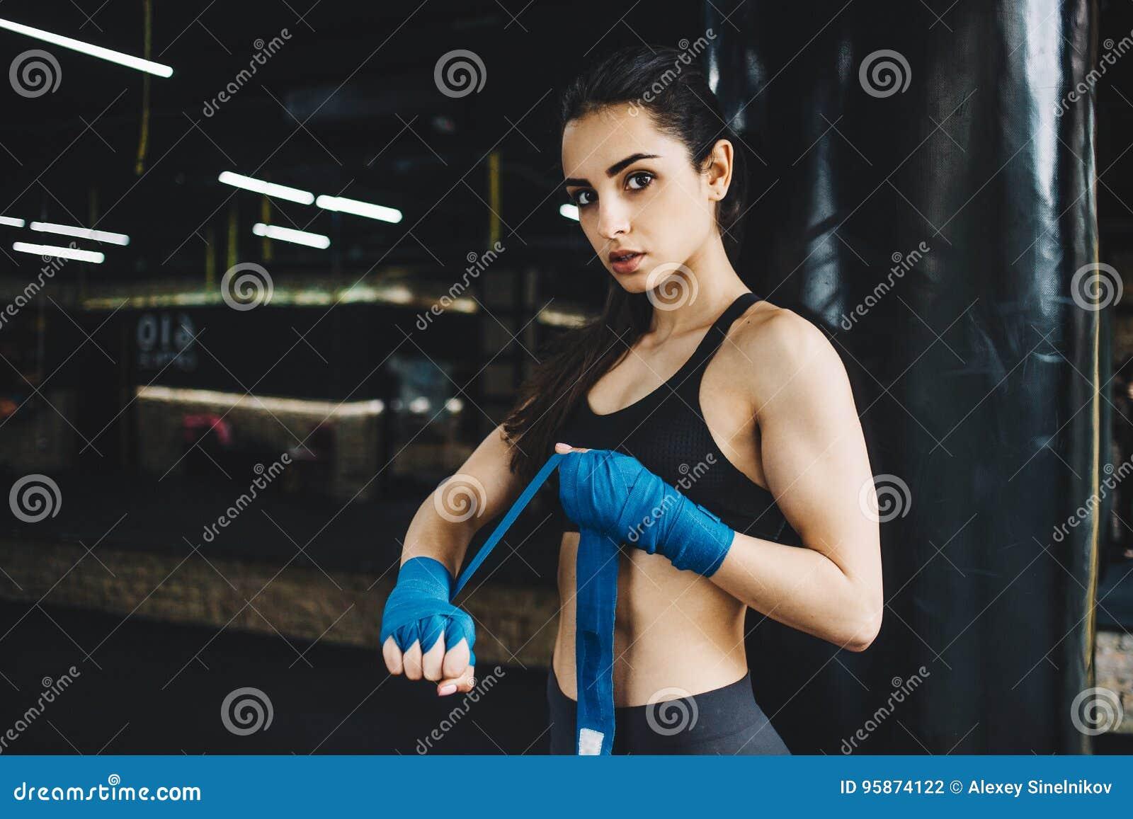 A obtenção fêmea bonita e apta do lutador preparou-se para a luta ou a formação