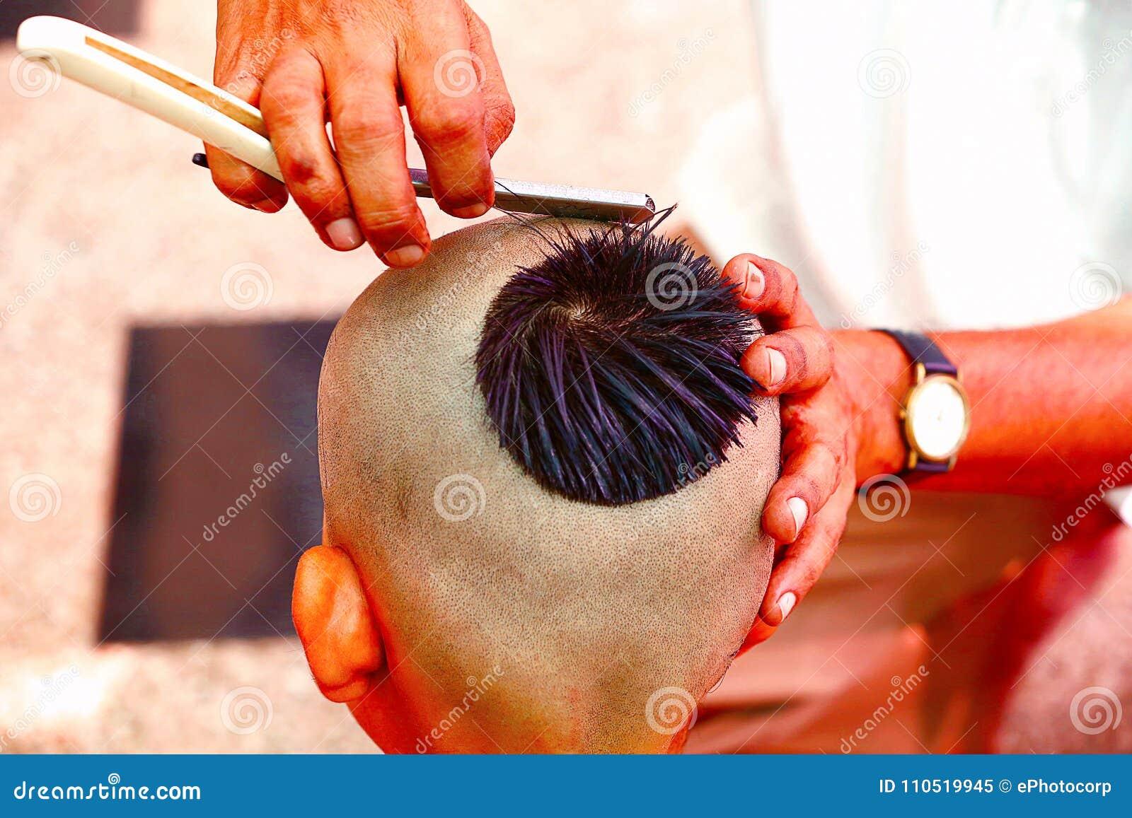 Obtendo um cabelo-corte para a cerimônia da linha, Upanayana, um ritual hindu