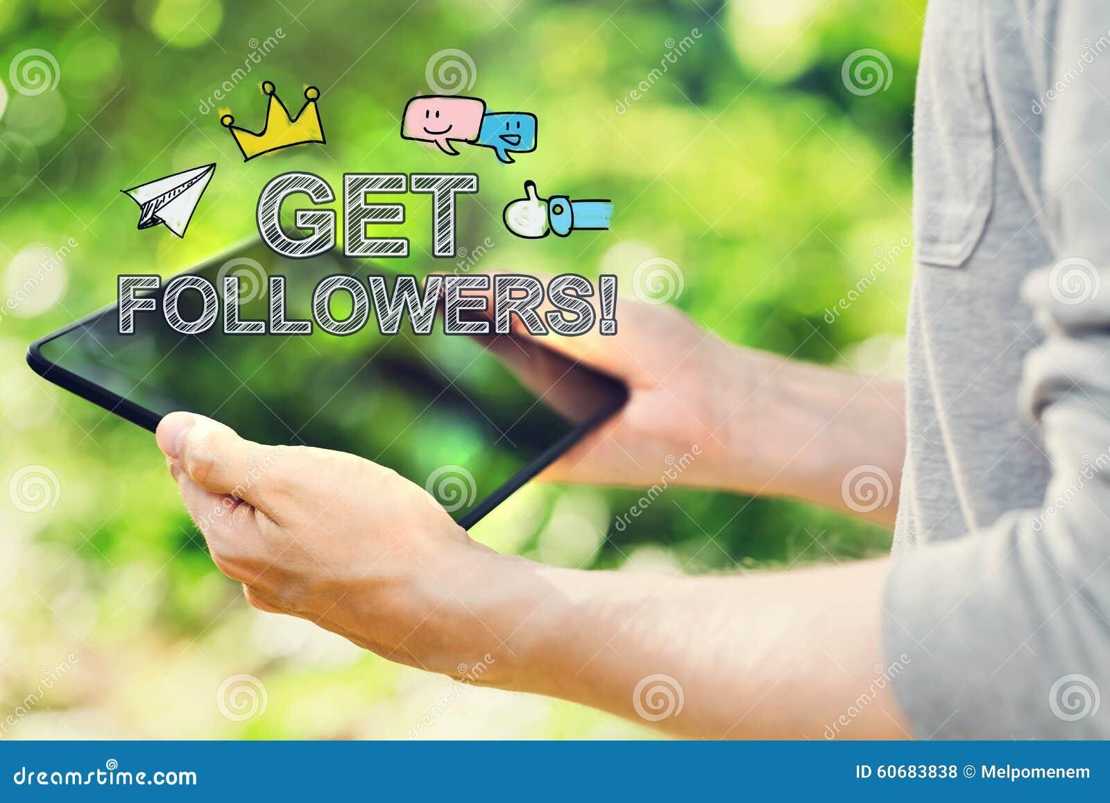 Obtenha a seguidores o conceito com o homem novo que guarda seu tablet pc