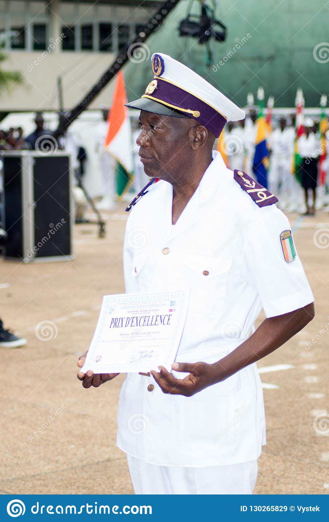 Obtention du diplôme à un officier de la marine