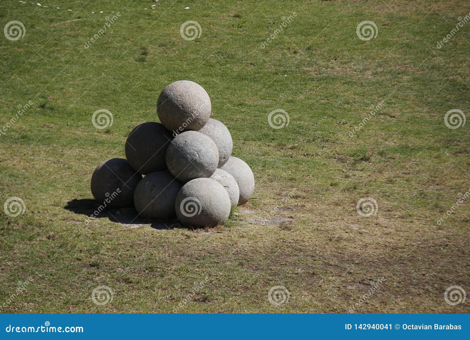 Obuses de piedra en Rodas-ciudad delante de un fuerte