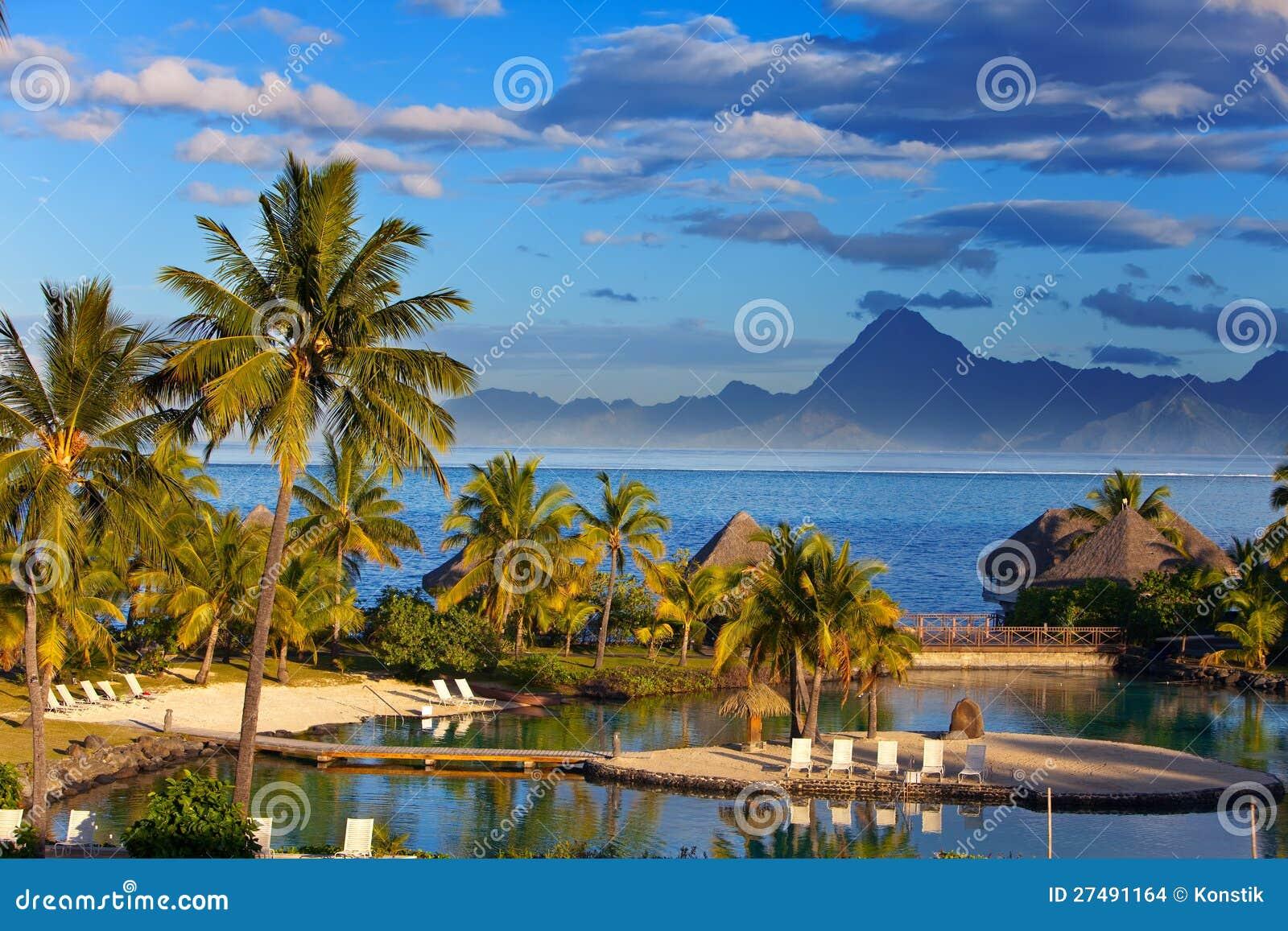Océan au coucher du soleil. Polynésie. Tahiti.Landscape