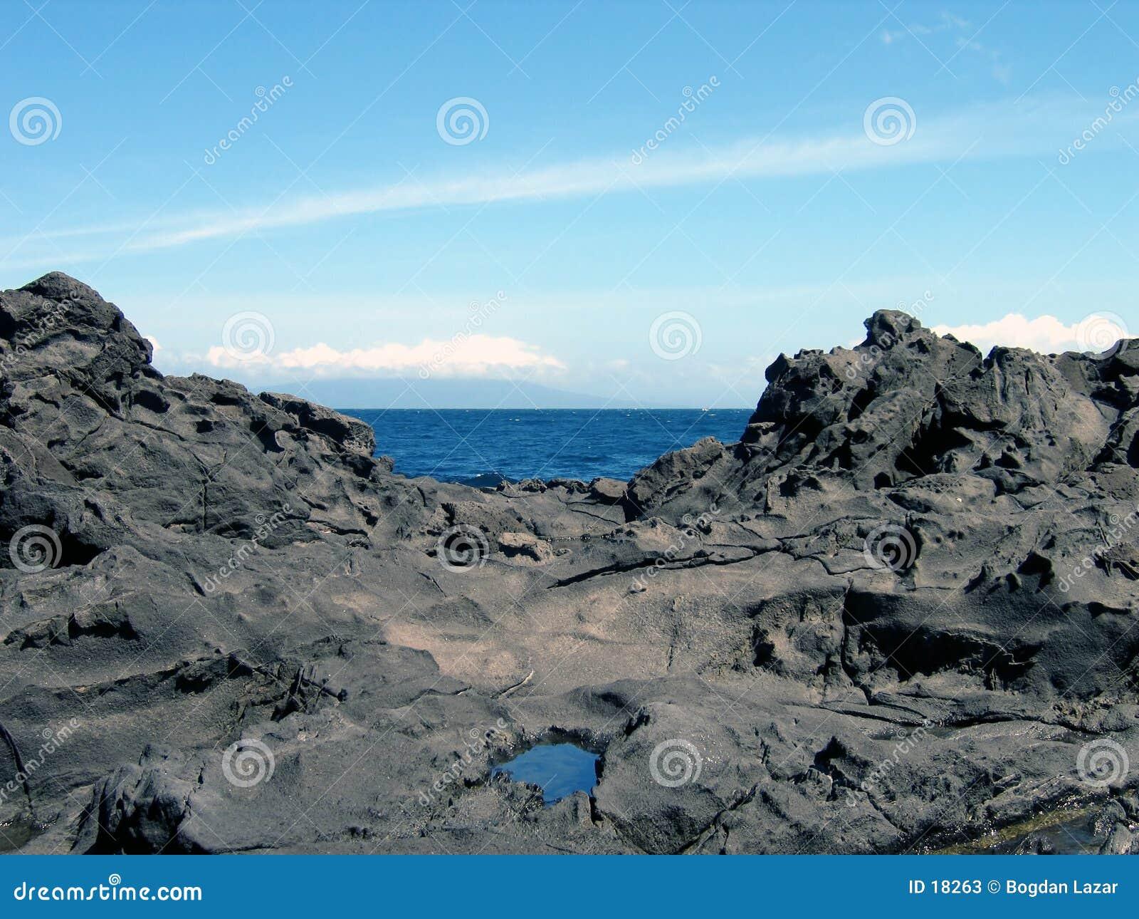 Océan entre les roches