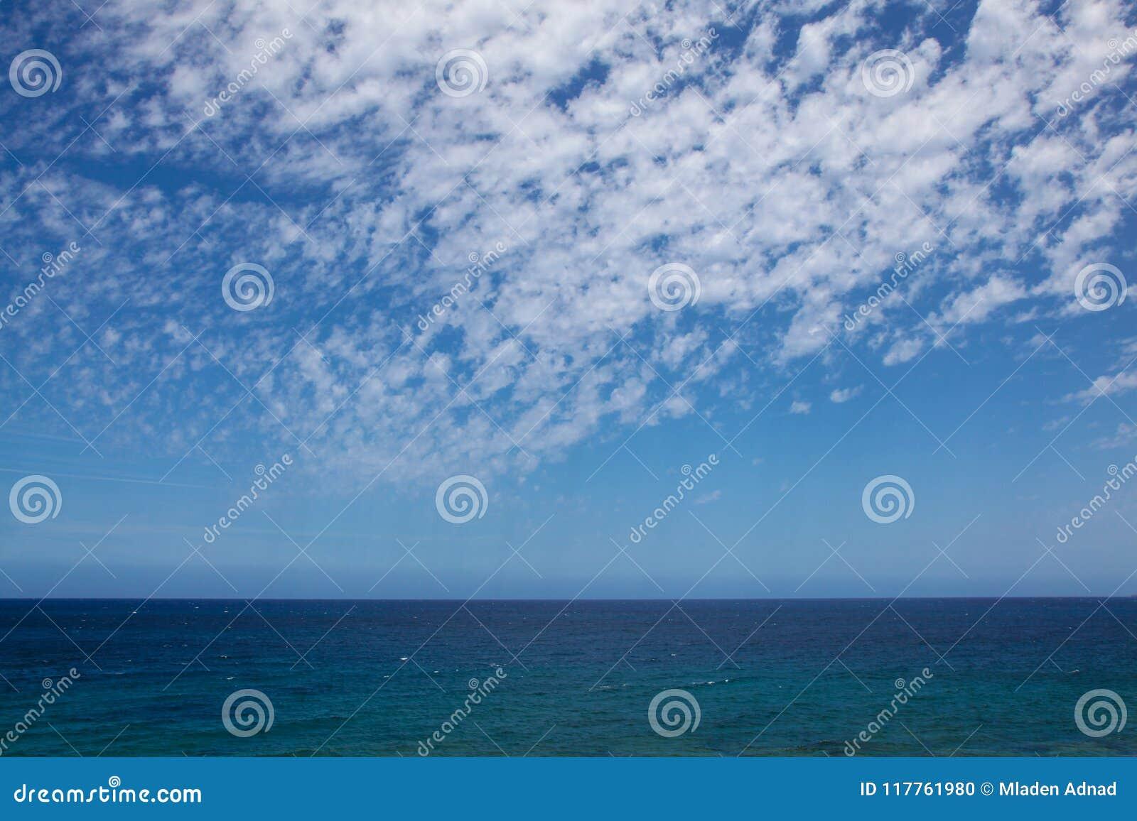 Océan et les cieux bleus