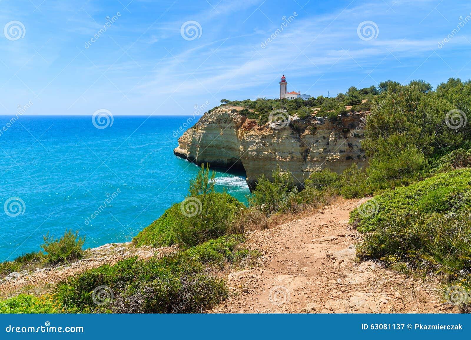 Download Océan Et Phare Bleus Sur La Falaise Image stock - Image du célèbre, atlantique: 63081137