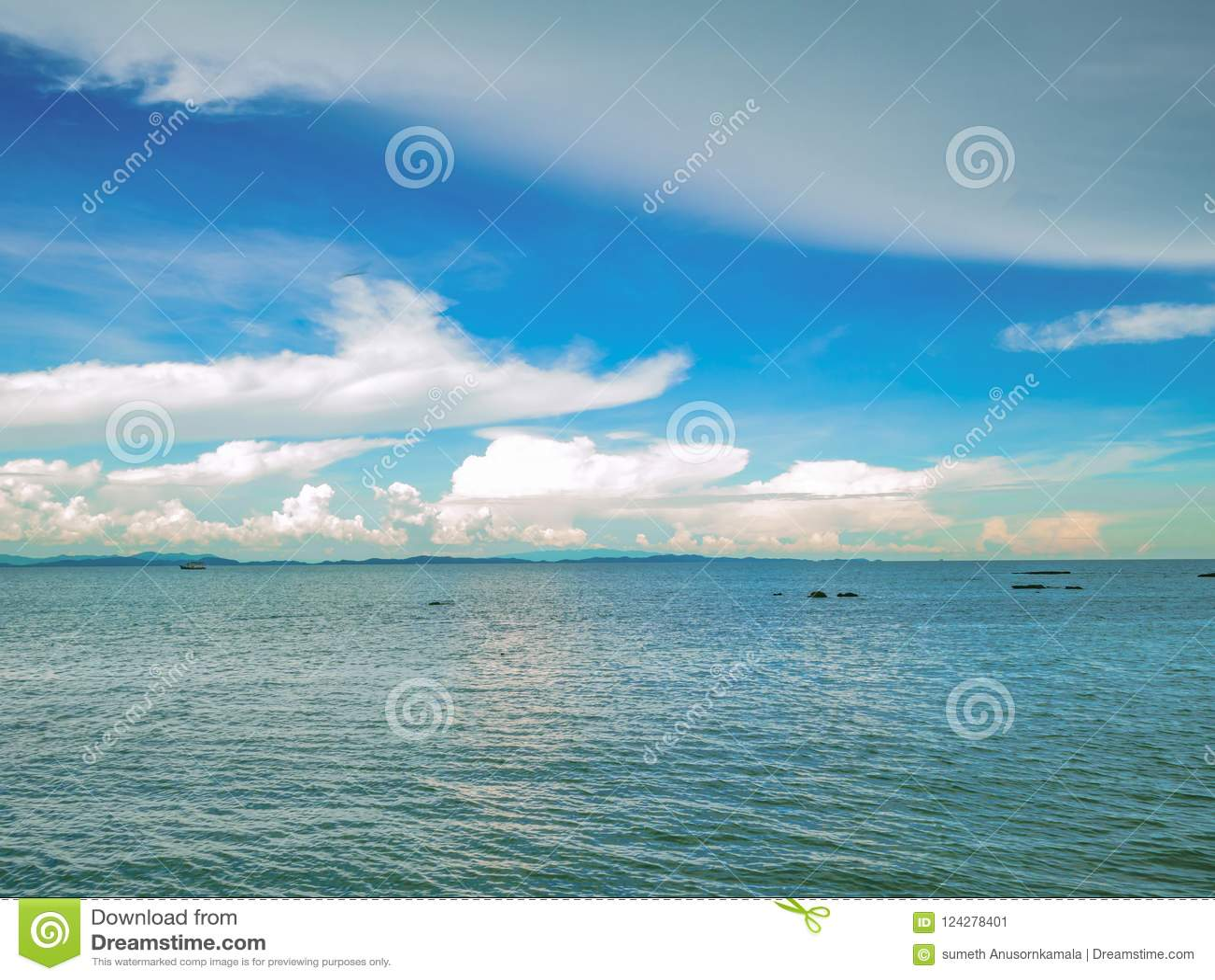 Océan idyllique étonnant et ciel nuageux avec l horizon sans fin