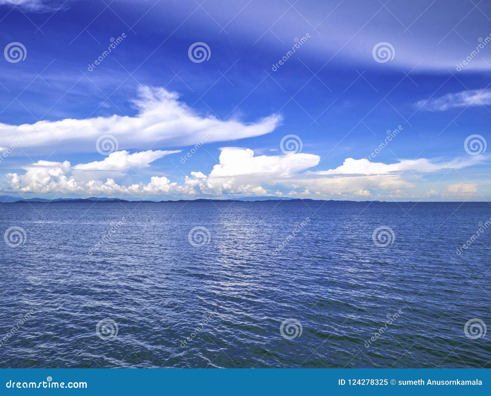 Océan idyllique étonnant et ciel nuageux avec l horizon sans fin dans le VCA