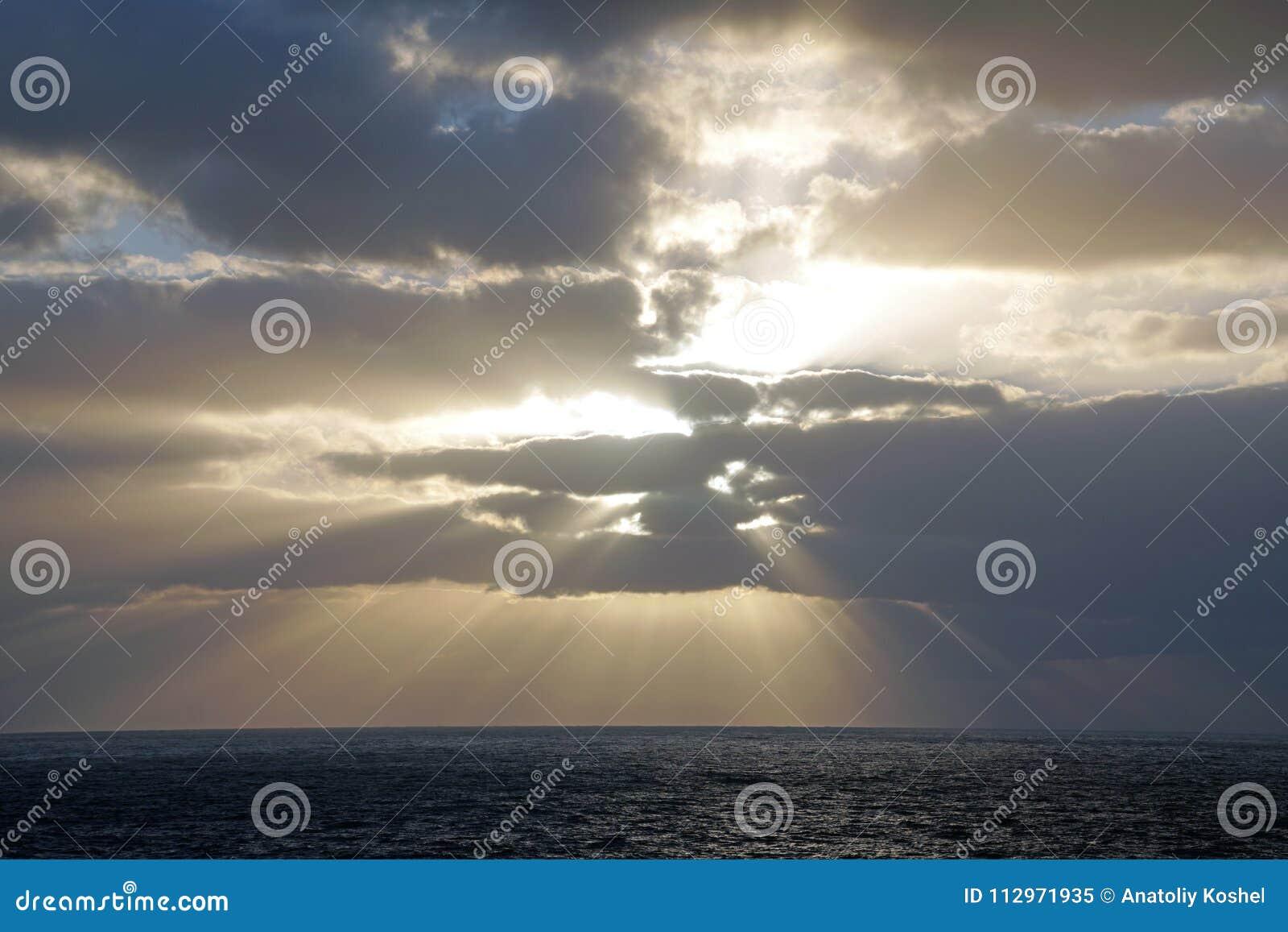 Océan magique Lever de soleil au-dessus de l Océan atlantique Matin Vagues