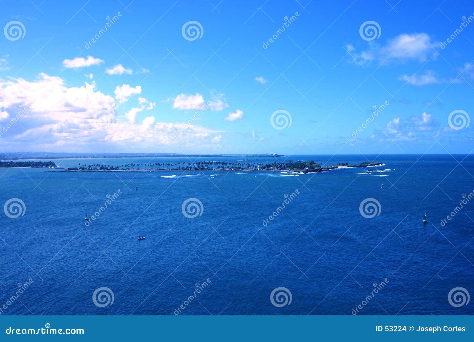 Océano azul tropical