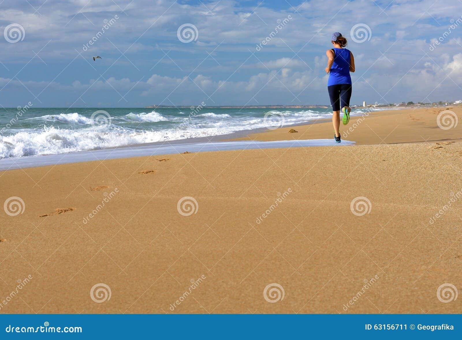 Océano corriente de la playa de la mujer Copie el espacio