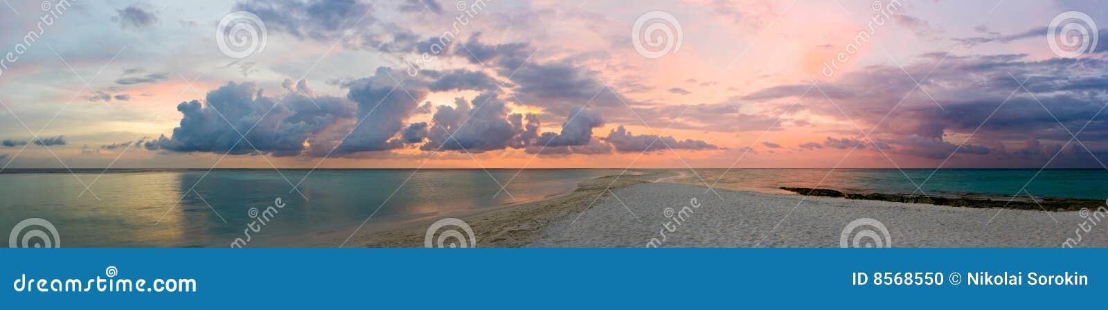 Océano, playa y puesta del sol