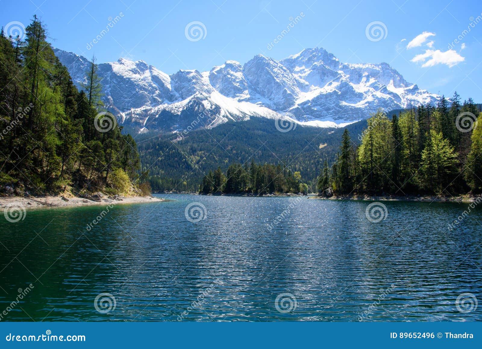 Ocaso fantástico en el lago Eibsee de la montaña, situado en Baviera, Alemania Escena inusual dramática Montañas, Europa