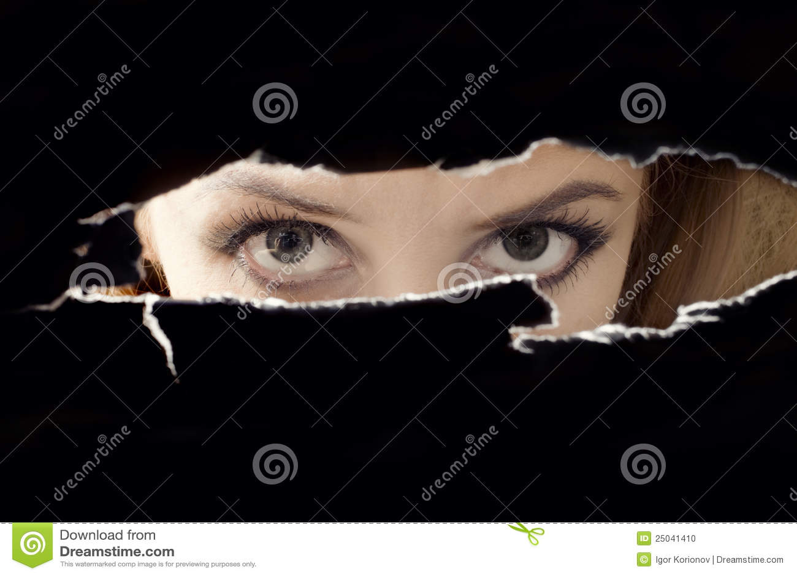 Occhi delle donne che spiano attraverso un foro