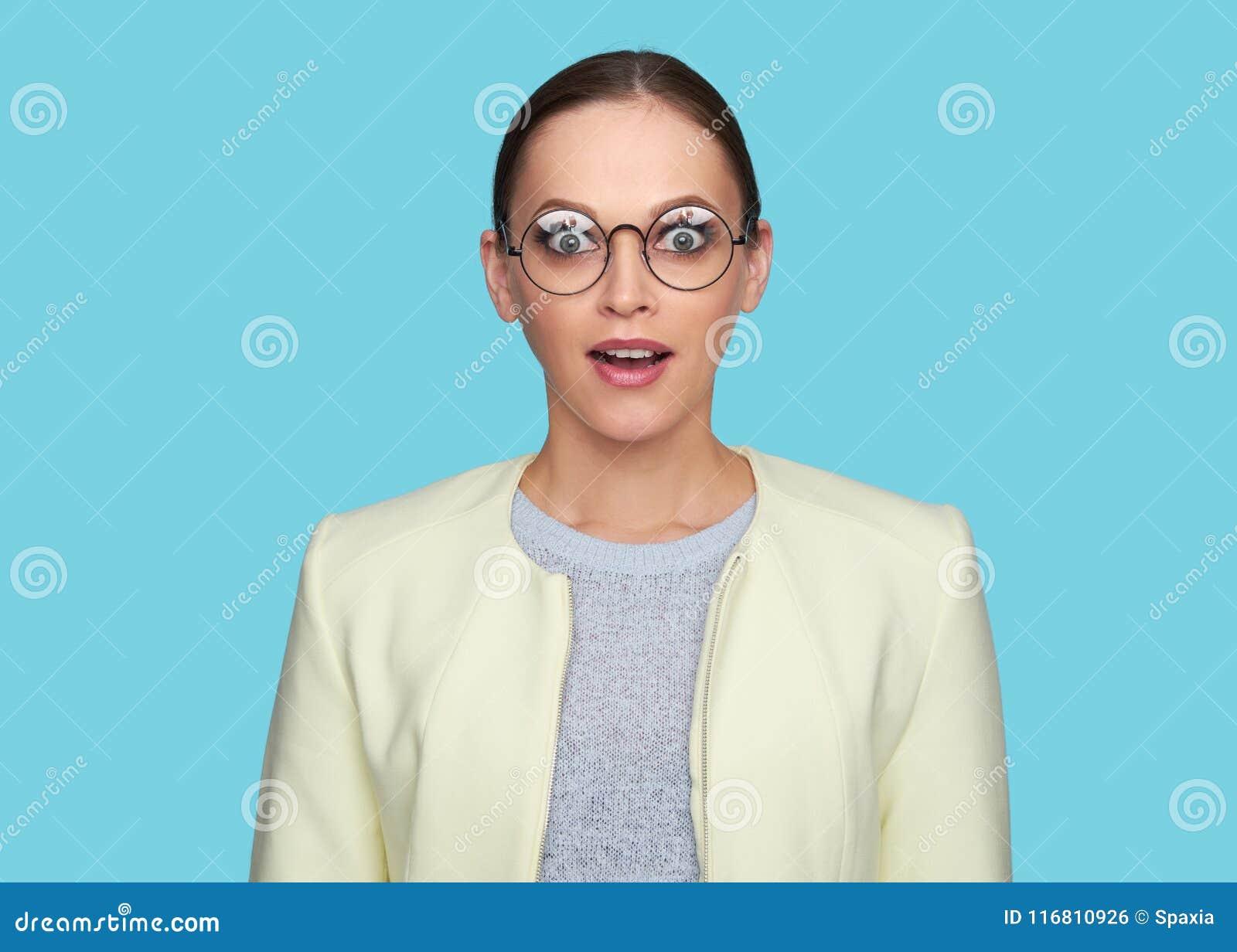 Occhiali d uso sorpresi della bella ragazza