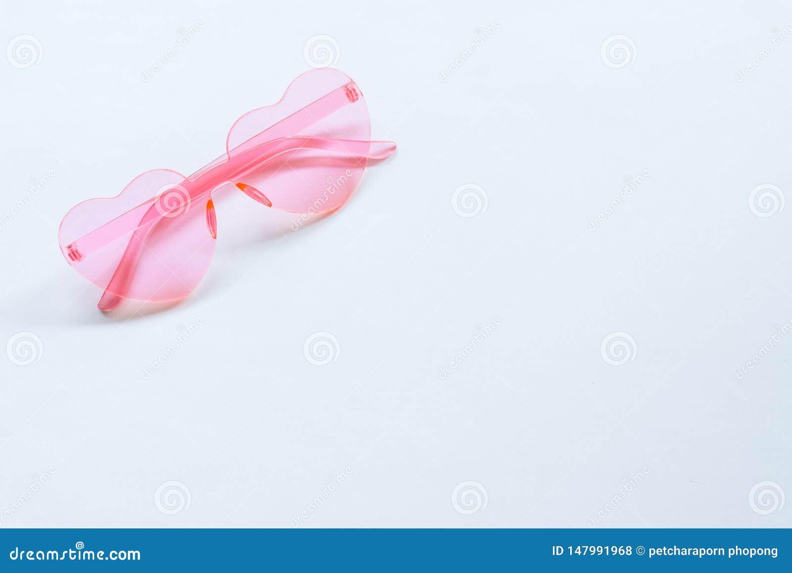 Occhiali da sole rosa su fondo bianco