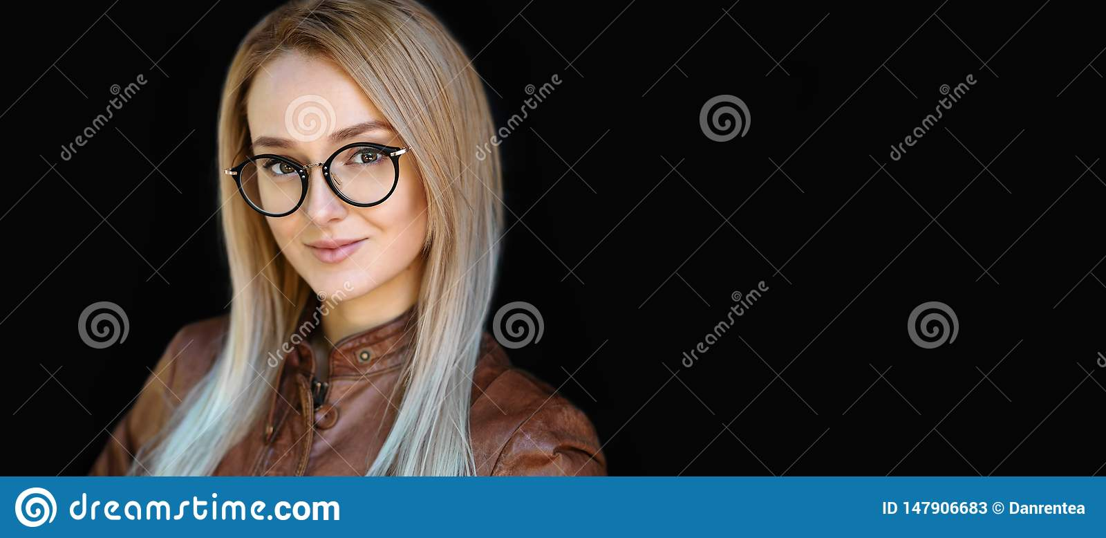 Occhiali femminili, ritratto di bella giovane donna sorridente che indossa la struttura ottica alla moda nera di vetro di progett
