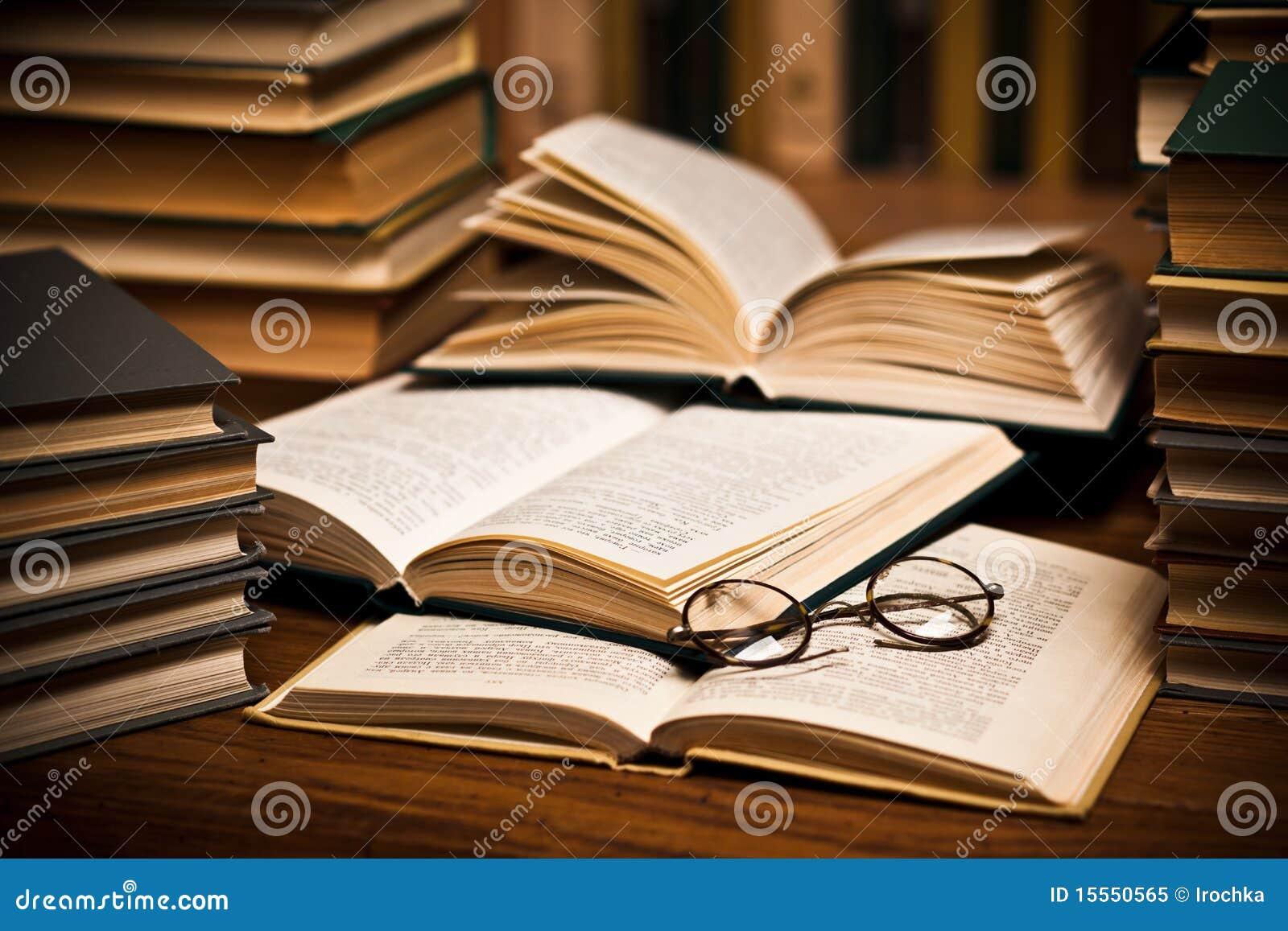 Occhiali sui libri aperti