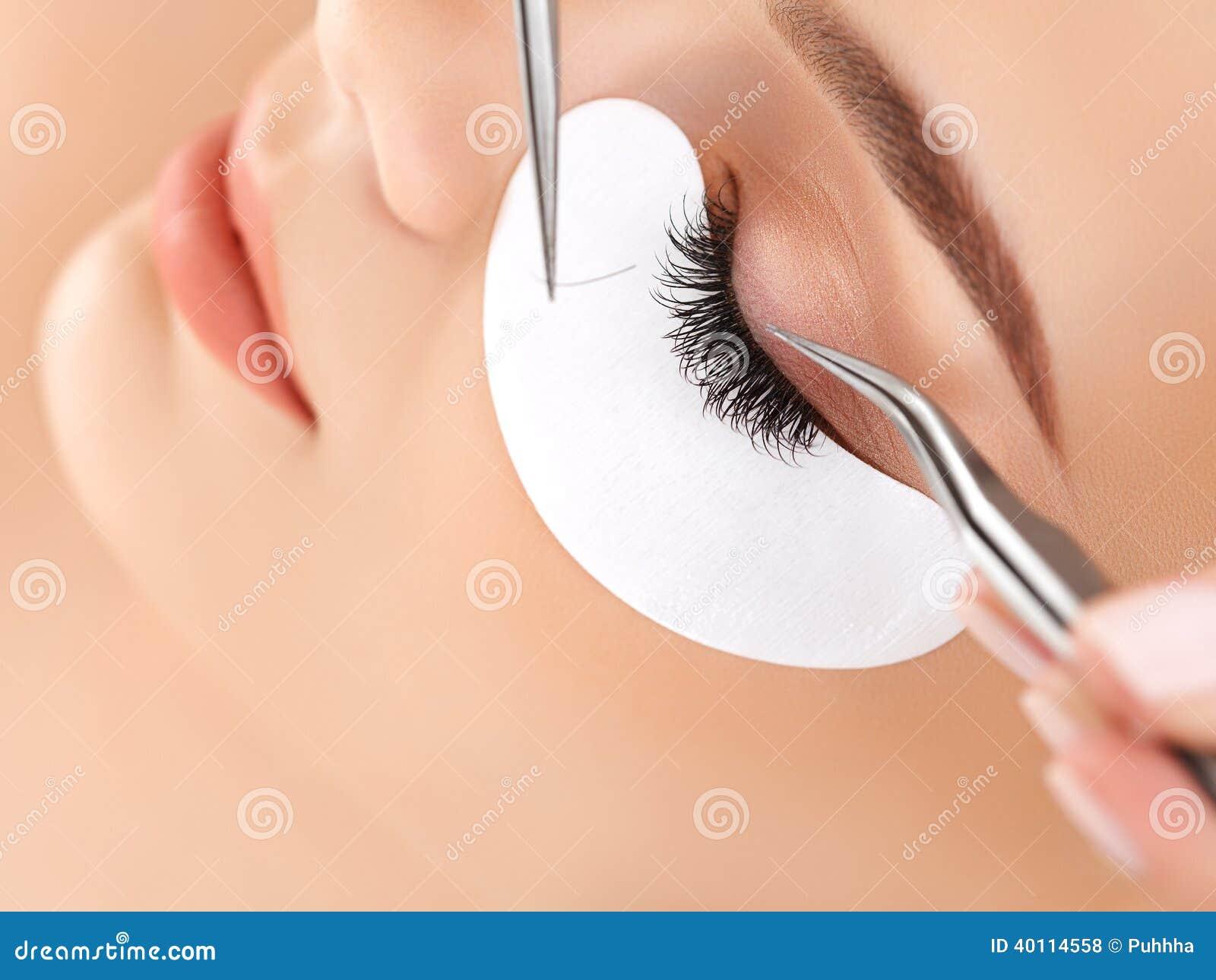 Occhio della donna con i cigli lunghi. Estensione del ciglio