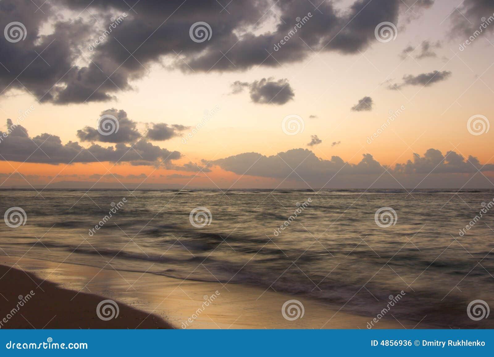 Oceaan en strand op tropische zonsopgang