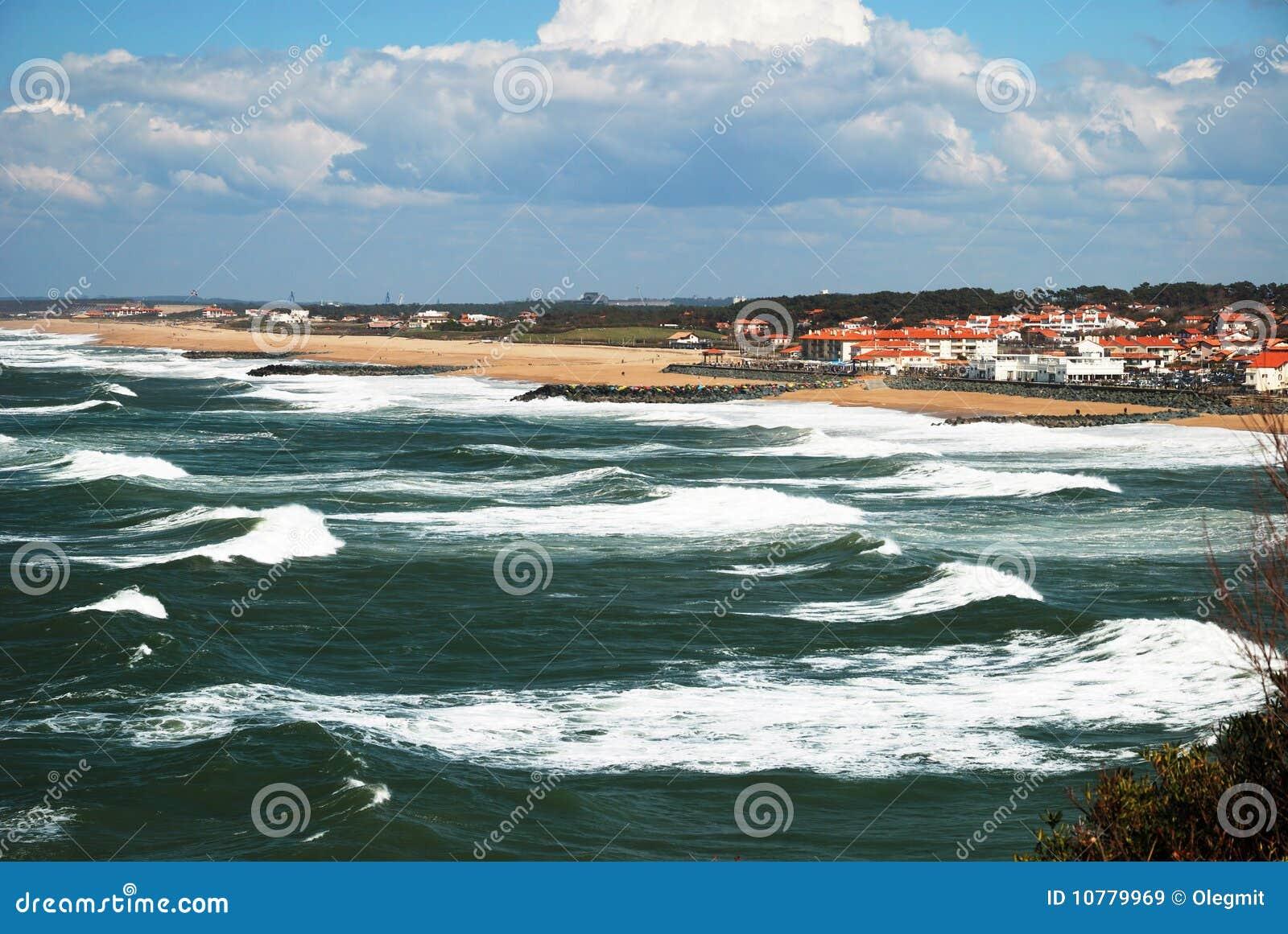 Oceaan golven die naar kust dichtbij Biarritz schommelen.
