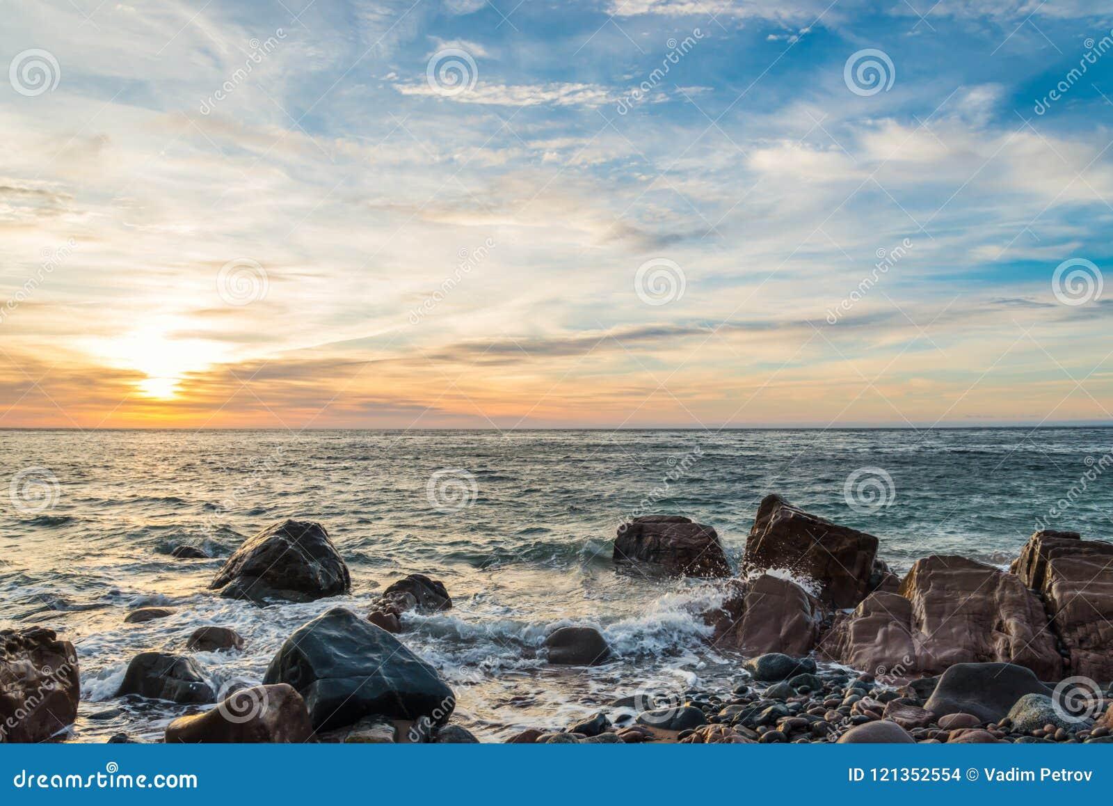 Oceaankust bij zonsopgang