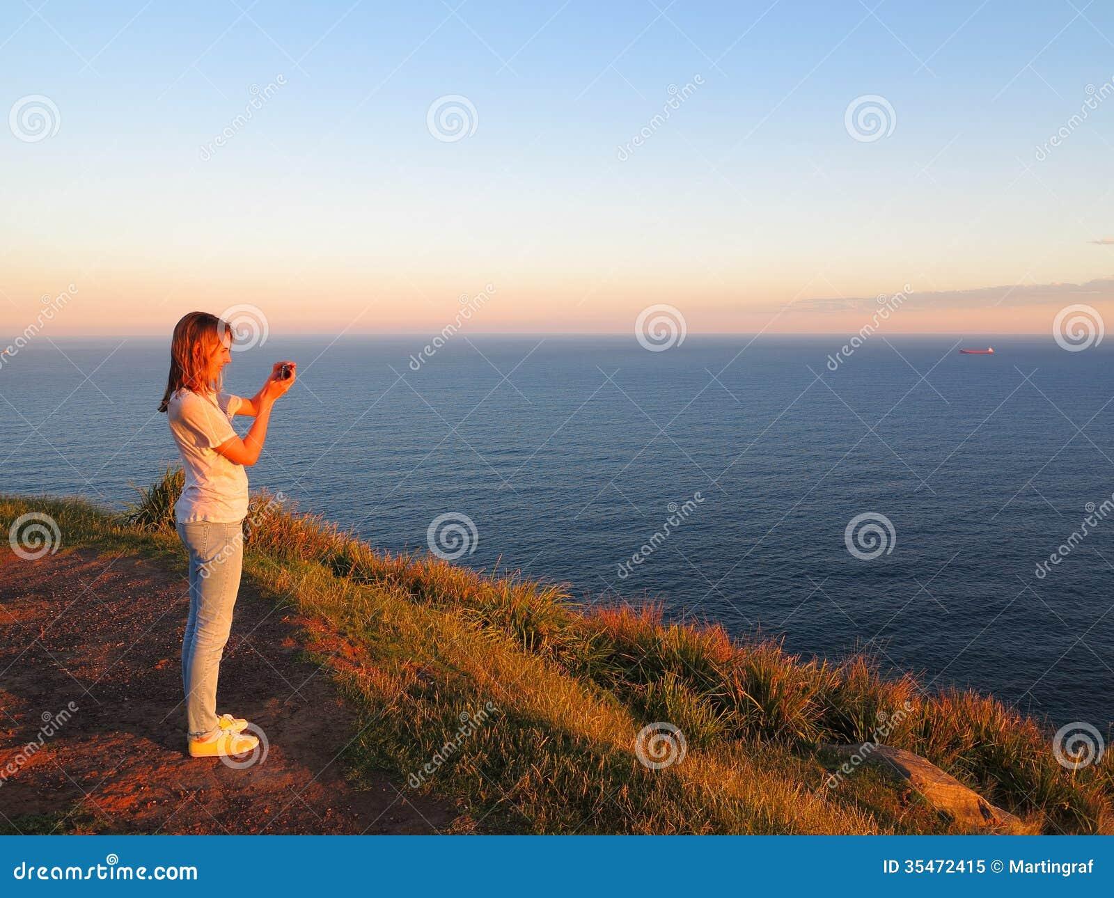 Oceaanlandschapskleuren bij zonsondergang