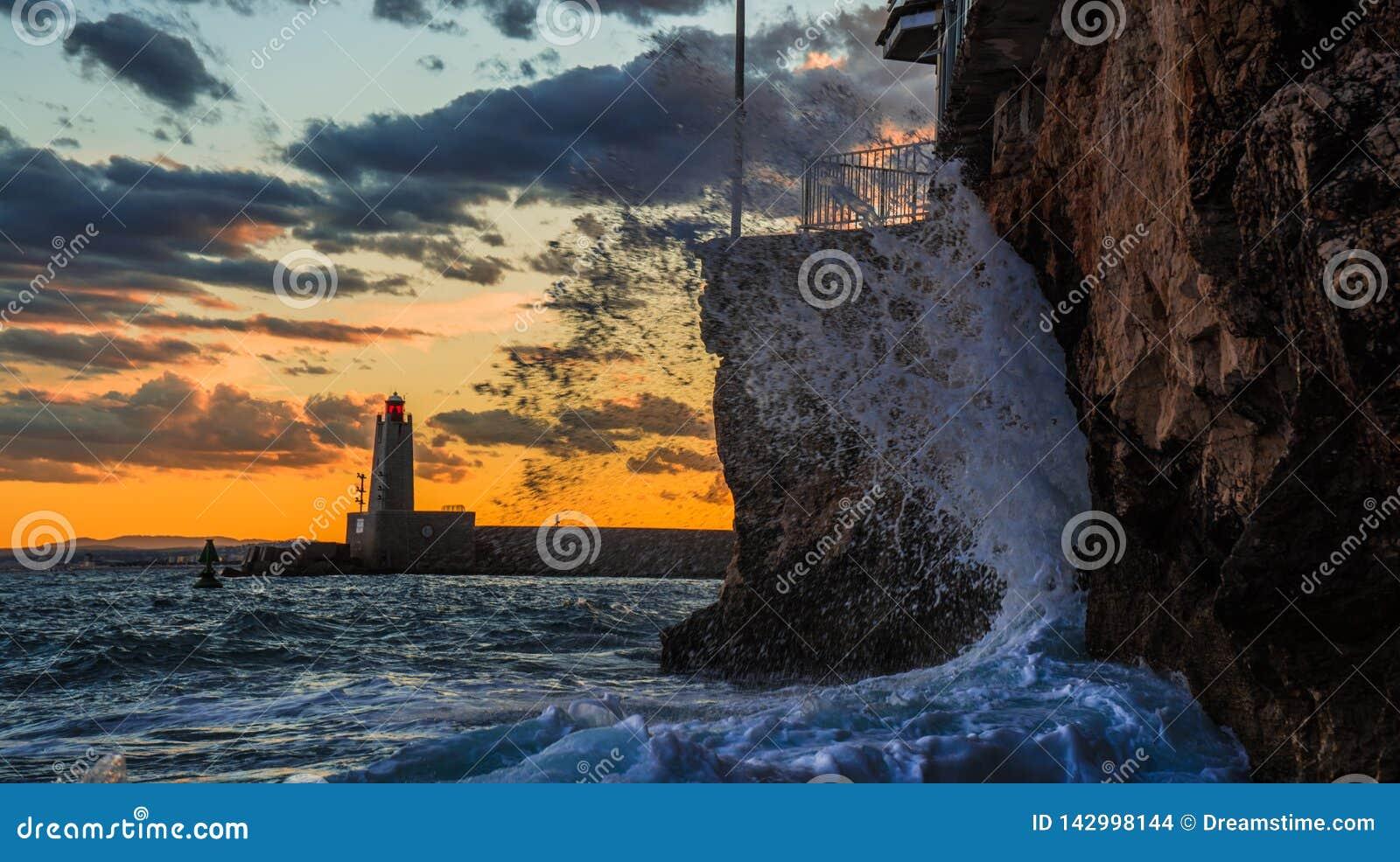 Oceaanzonsondergang met golven het verpletteren