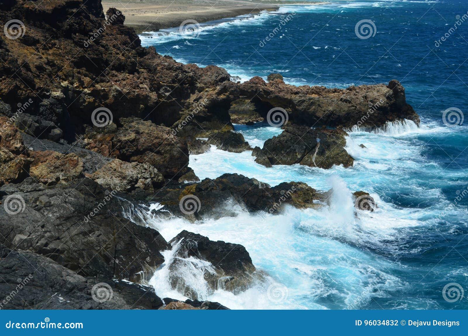 Ocean fala Rozpyla Na Ruggged Nabrzeżnych skałach w Aruba