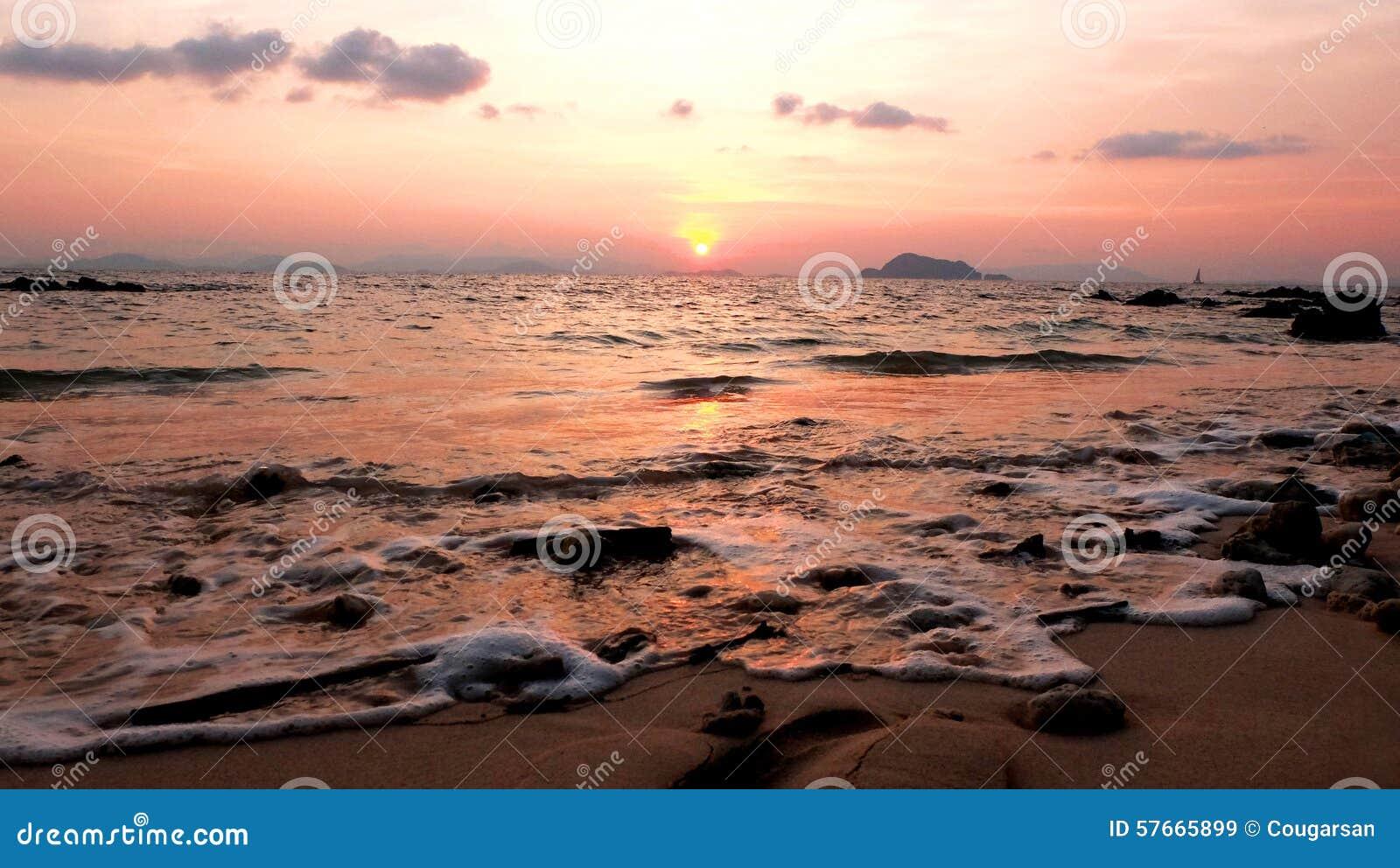 Ocean i plaża przy zmierzchem
