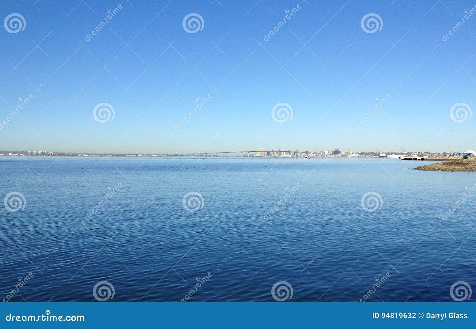 Ocean w San Diego, Kalifornia z Coronado mostem w tle