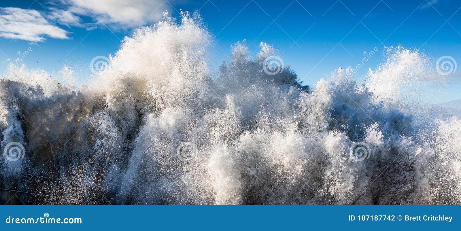 Ocean woda morska rozbija tsunami fala