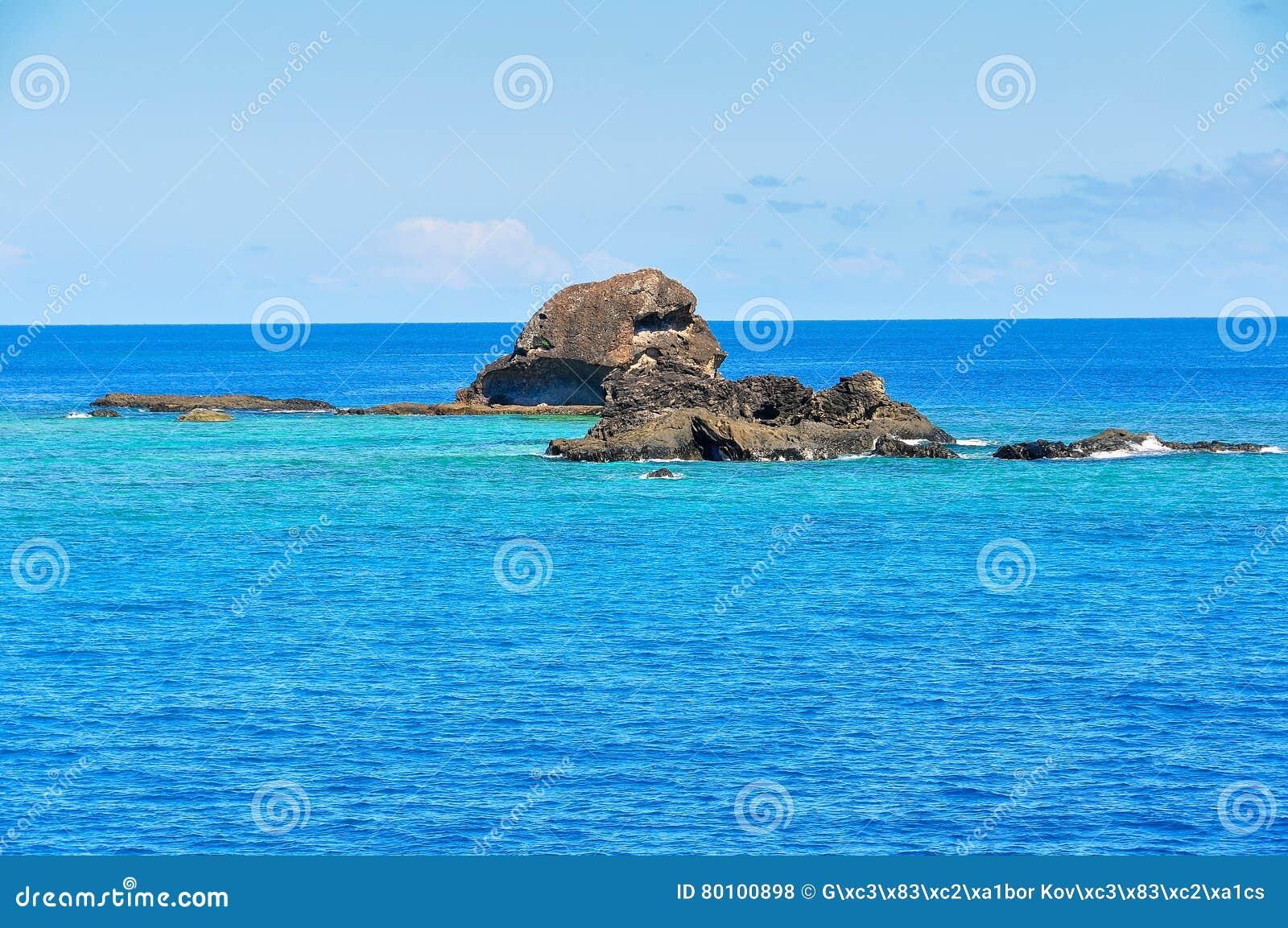 Oceano colorido perto da ilha de Waya Lailai em Fiji