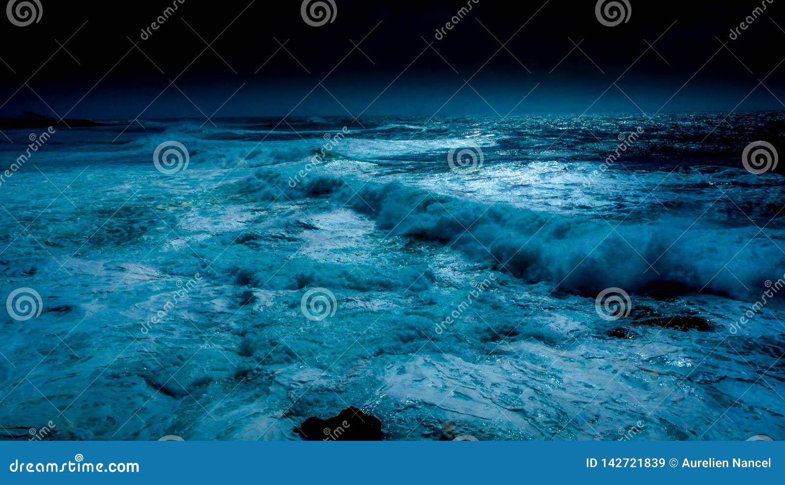 Oceano nella notte della luna blu