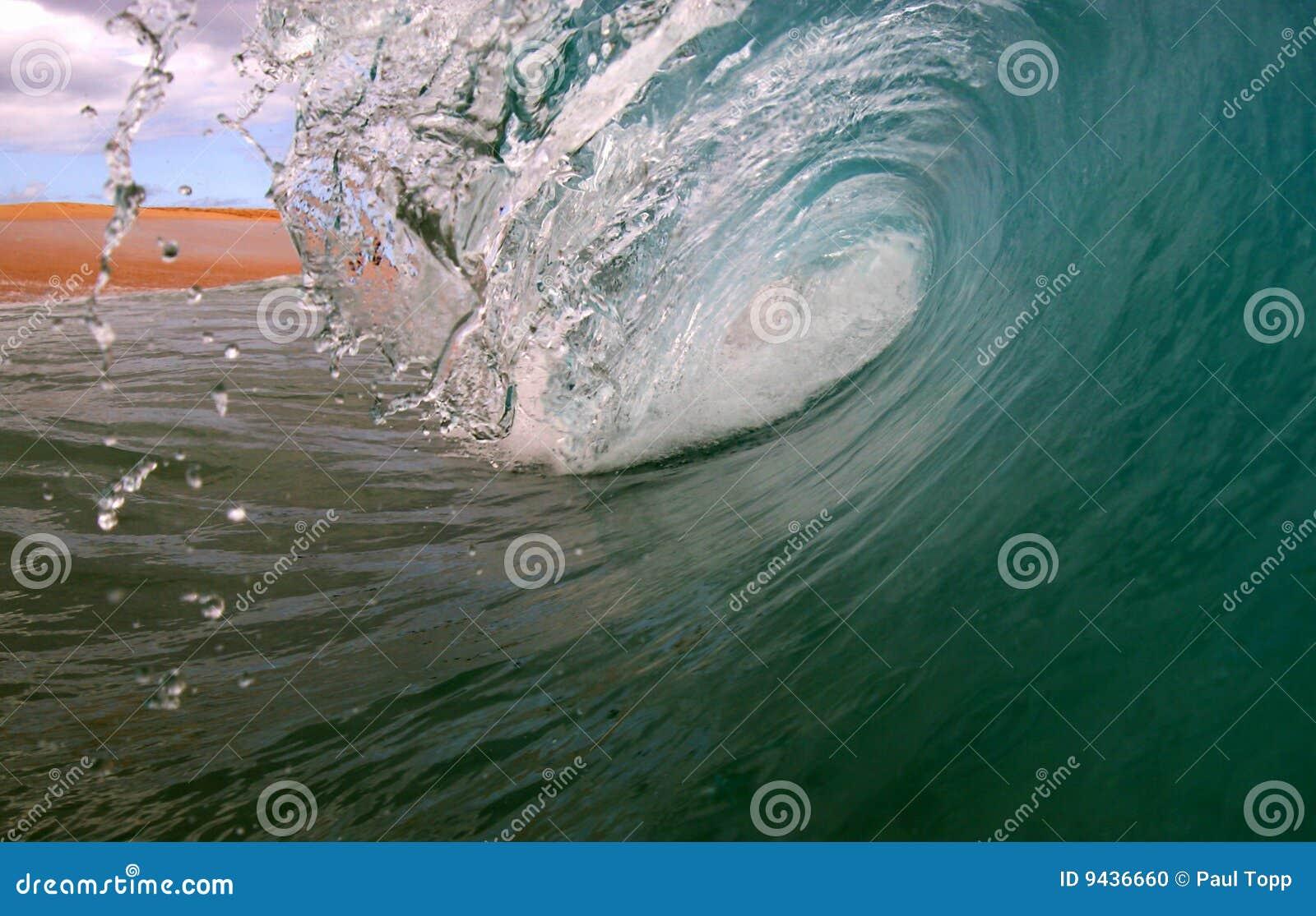 Oceanu kipieli fala