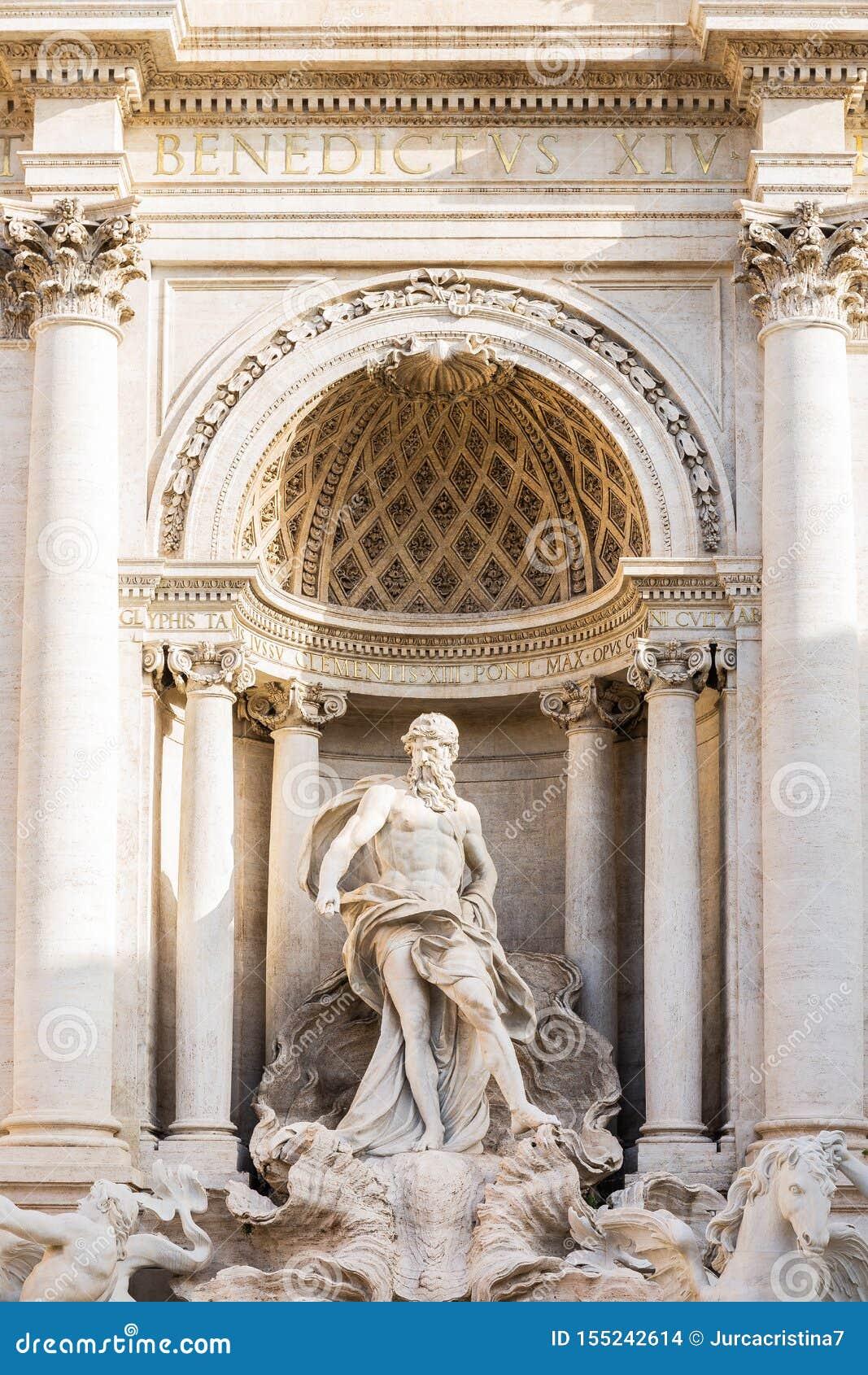 Oceanus身分,Trevi Fountain芳塔娜di Trevi细节雕象在一个凯旋门下的在罗马,意大利