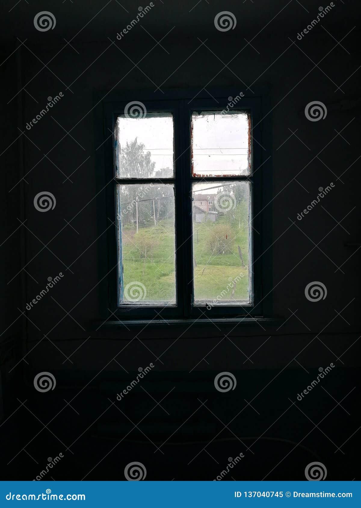 Och endast ljuset i fönstret i ett mörkt rum