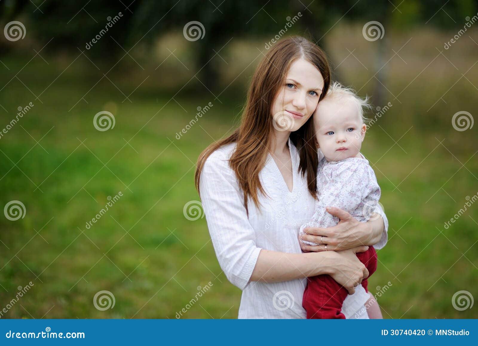 Ocho meses del bebé y su madre
