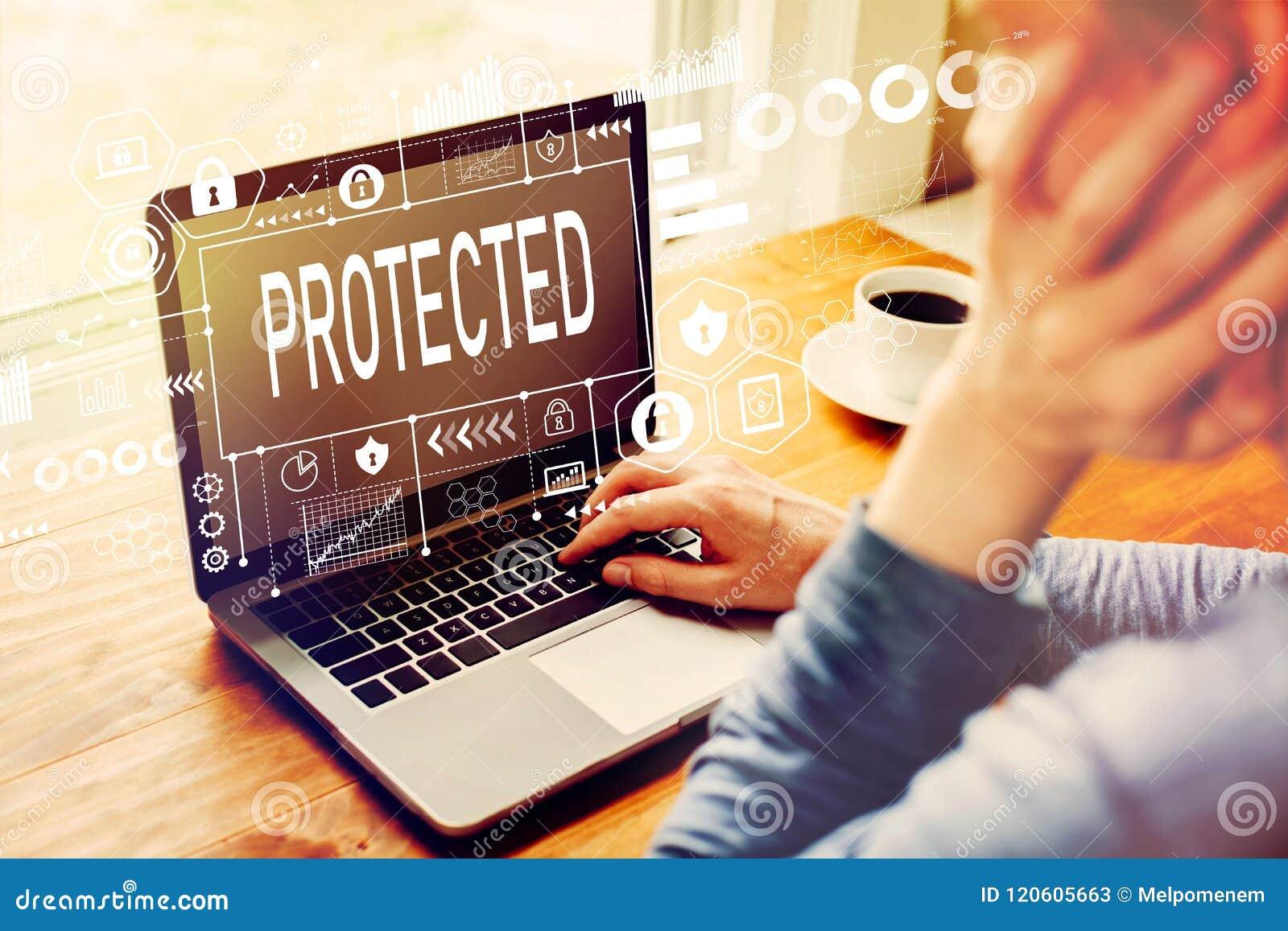Ochraniający z mężczyzna używa laptop