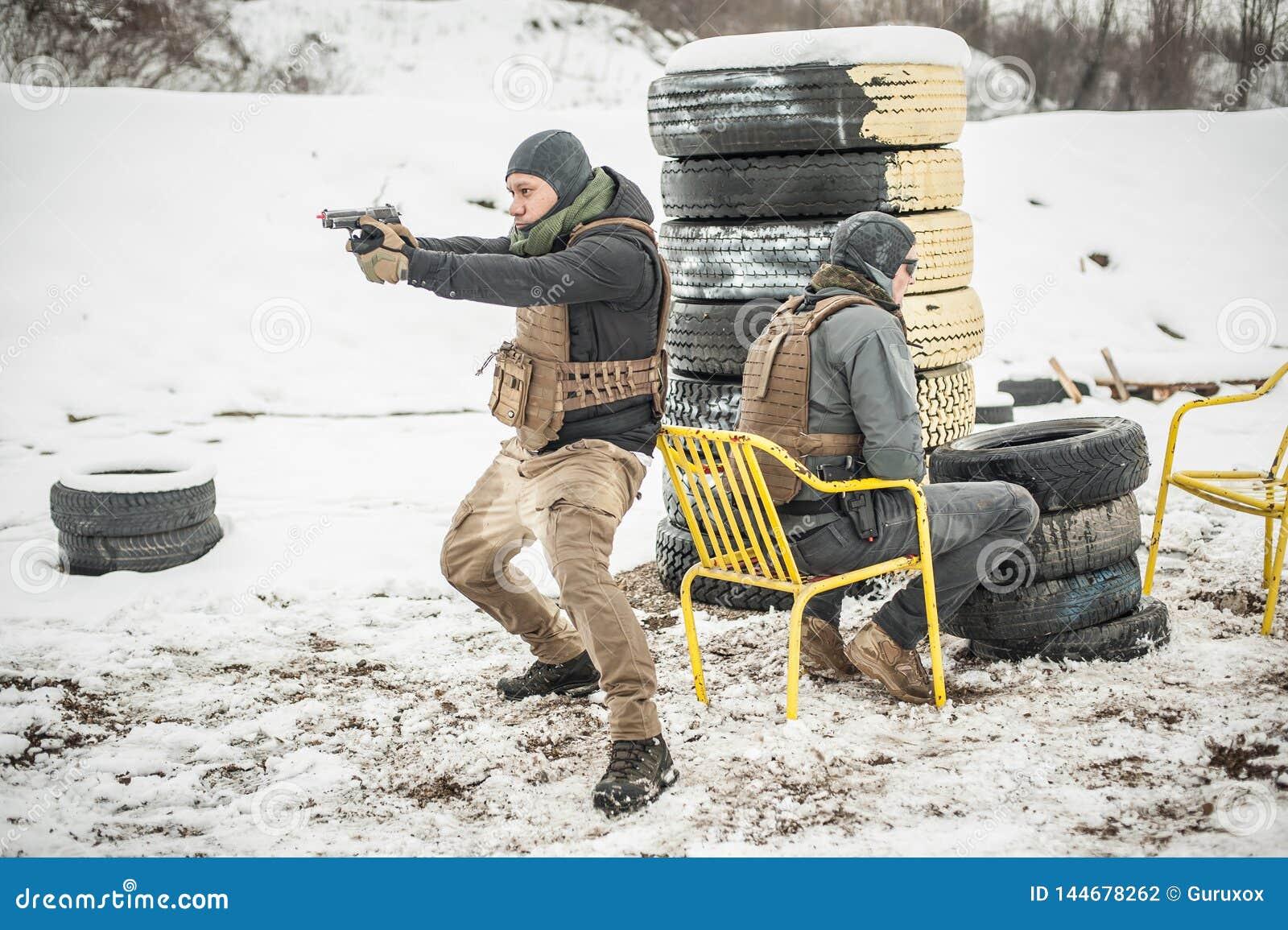 Ochroniarz i VIP ochrony ochrony ludzie Bojowy armatni mknący szkolenie
