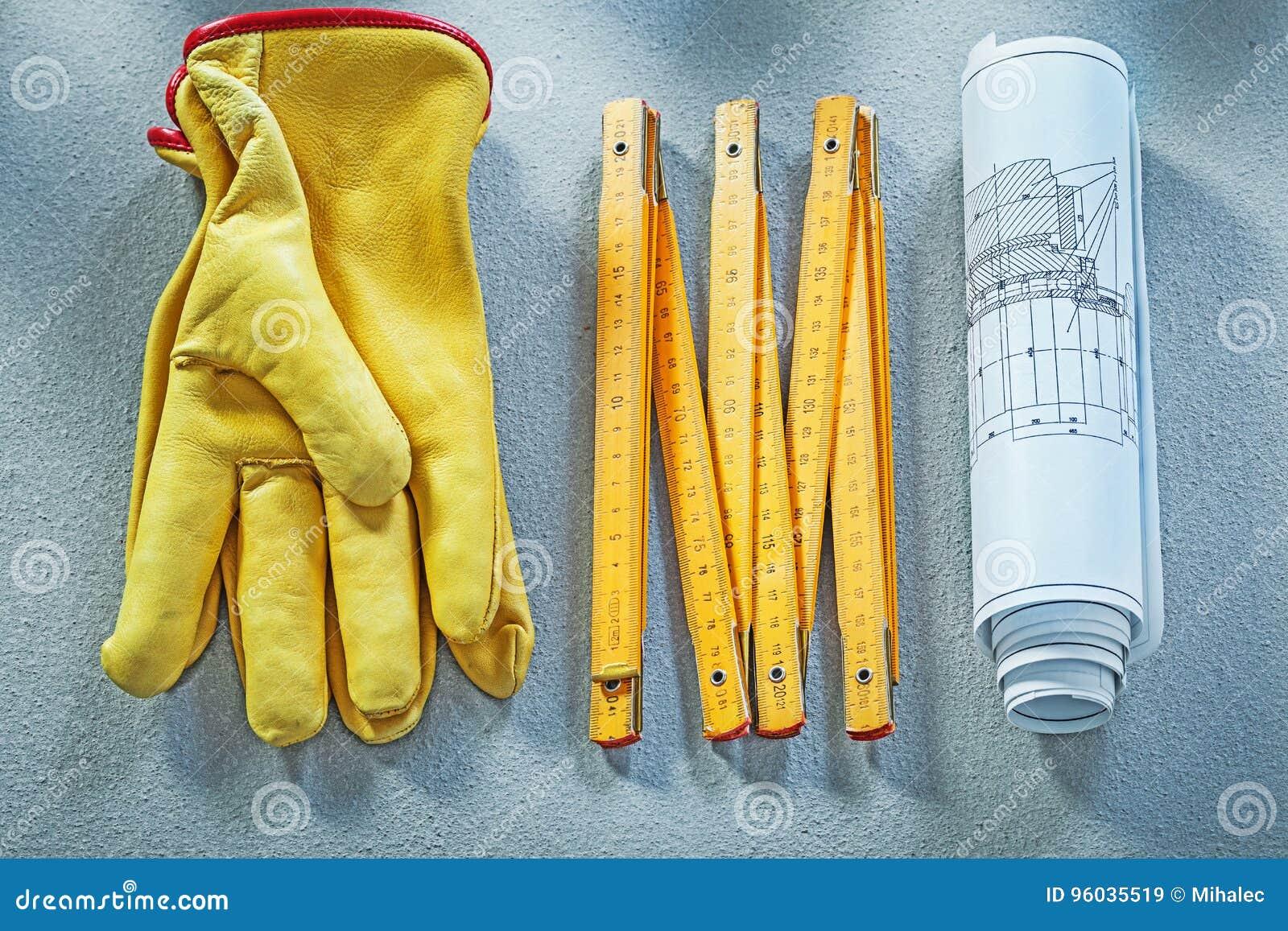 Ochronnych rękawiczek budowa planuje drewnianego metr na betonowych półdupkach