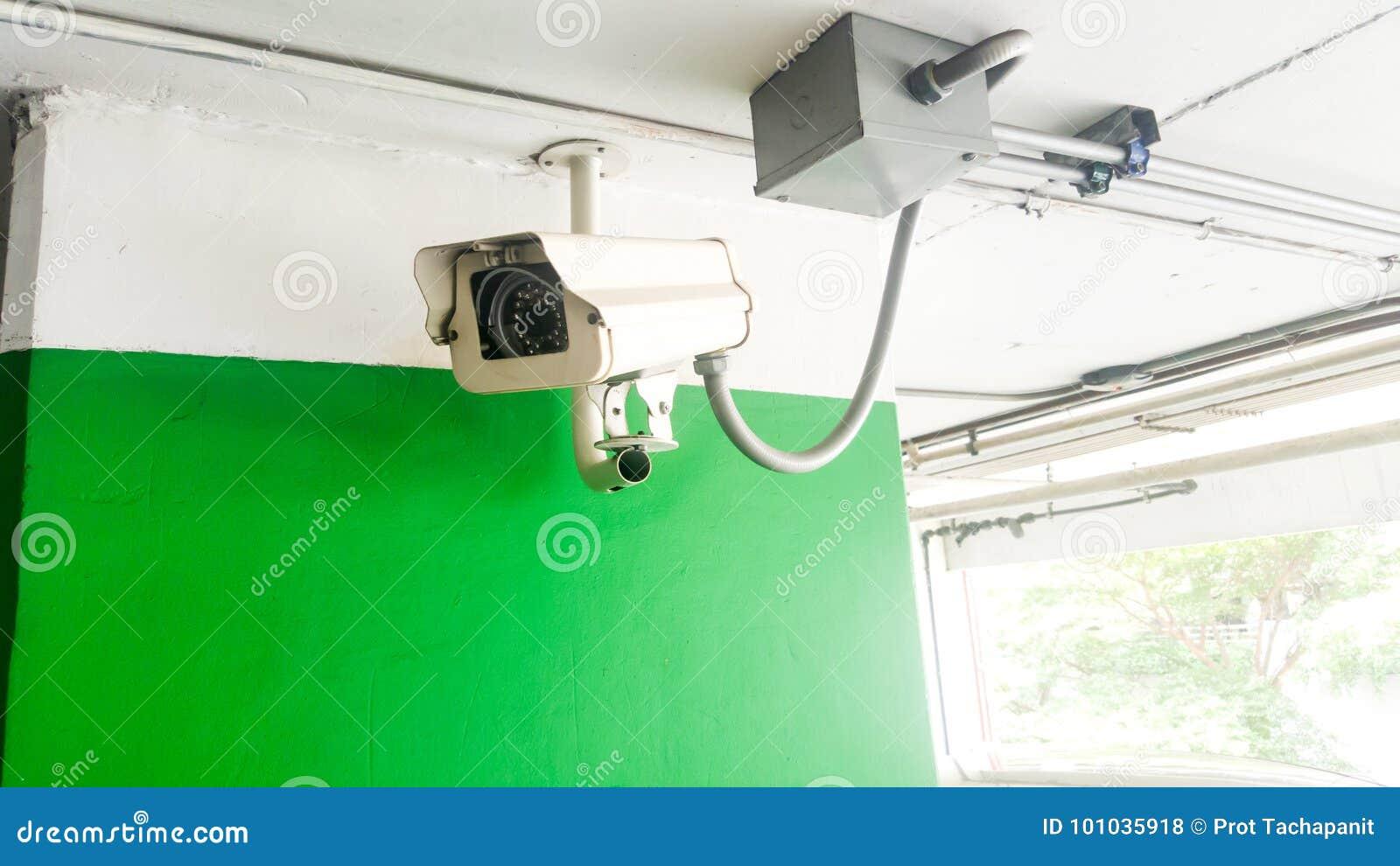 Ochrony wyposażenia pojęcie Zbliżenia CCTV kamery monitorowanie w samochodu parku CCTV kamery inwigilacja na samochodowym parking