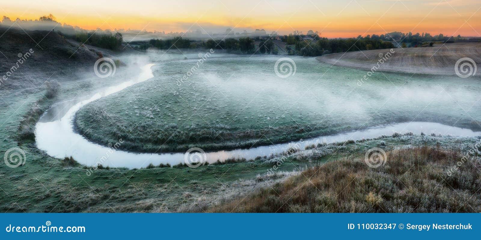 Ochtend Dawn door de rivier schilderachtige mist