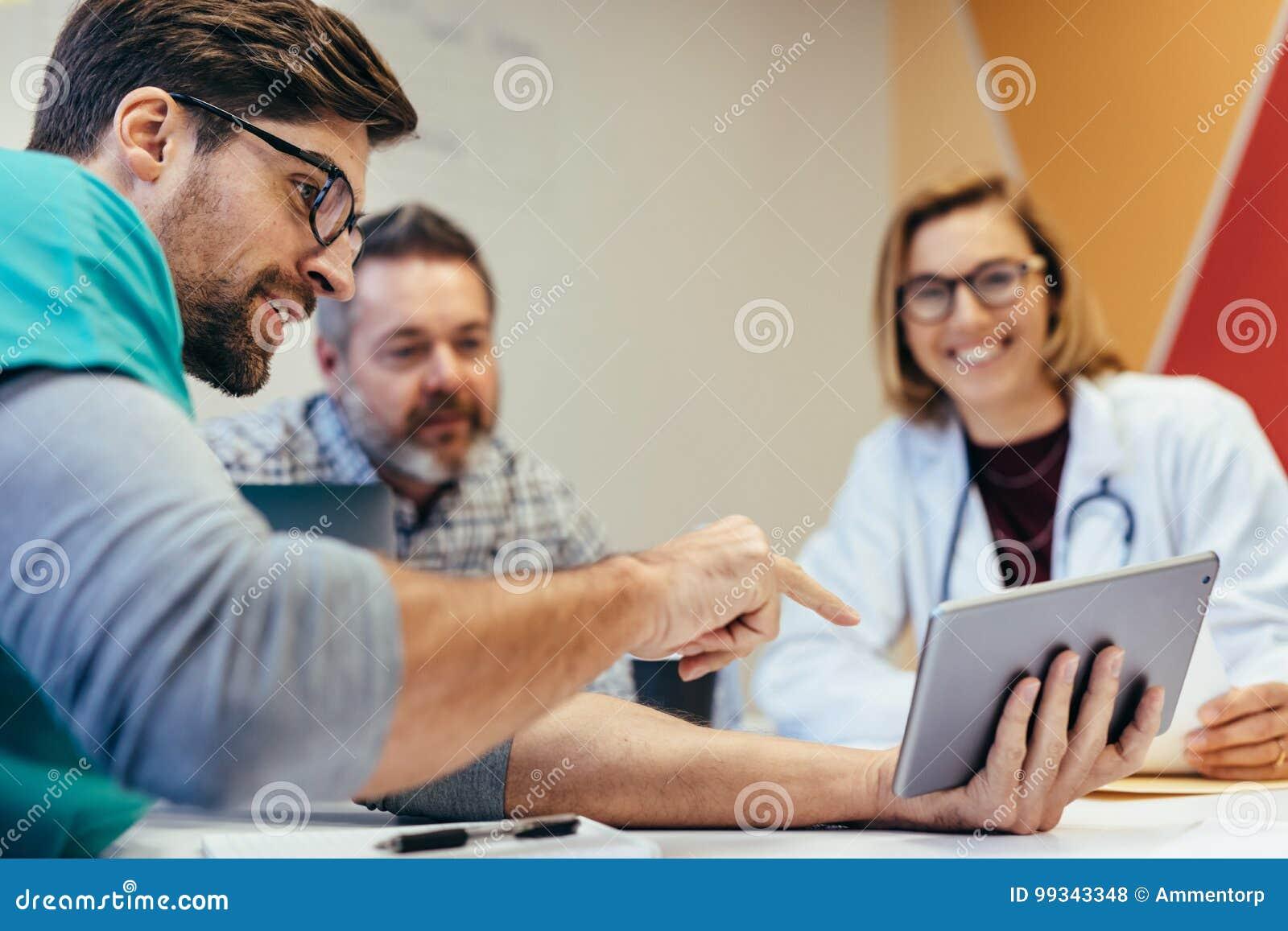 Ochtendbriefing van medisch personeel in bestuurskamer